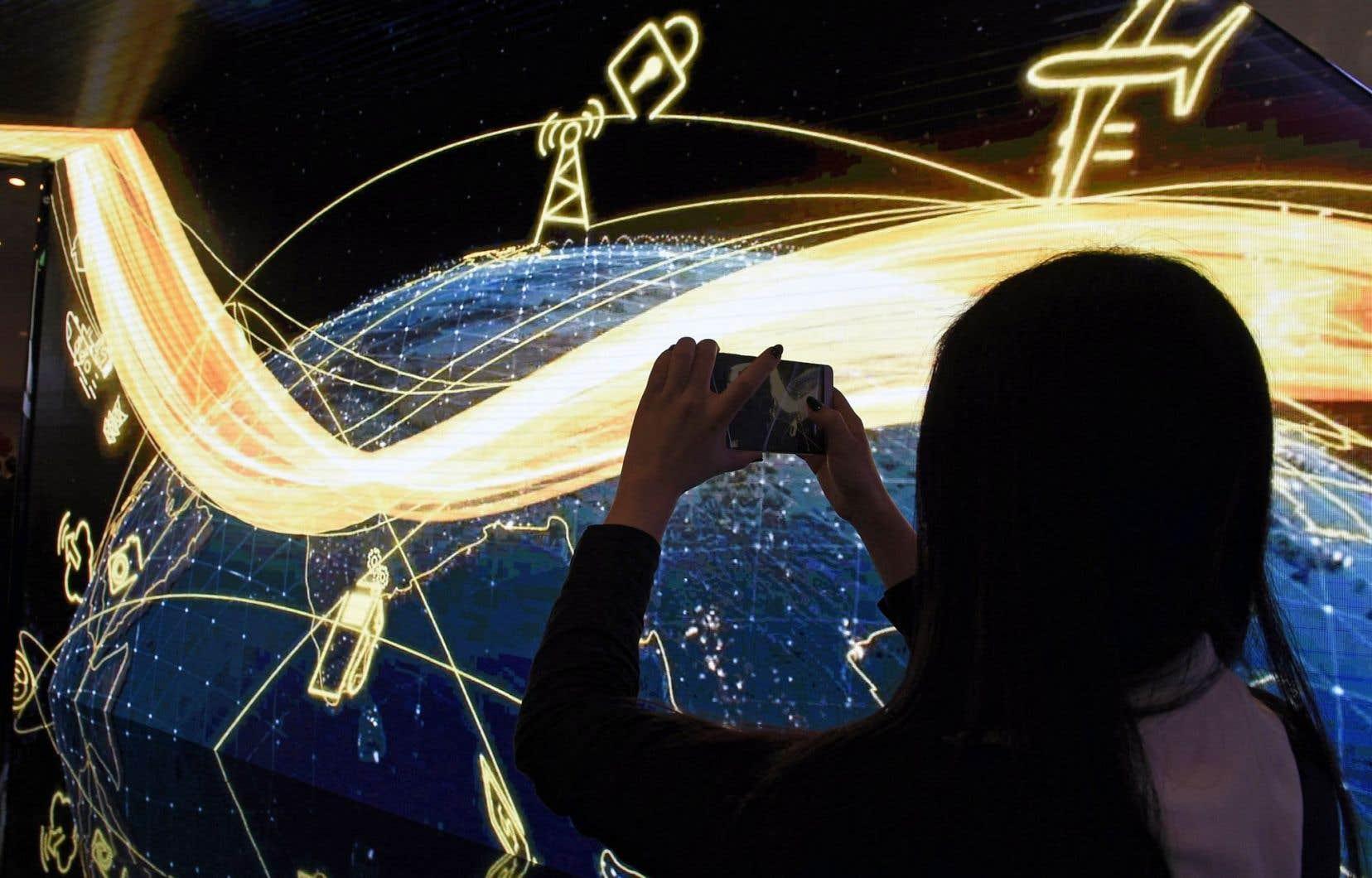 Un visiteur prend une photo à l'aide de son téléphone à l'ouverture du Congrès mondial de la téléphonie mobile qui se déroule à Barcelone, en Espagne.