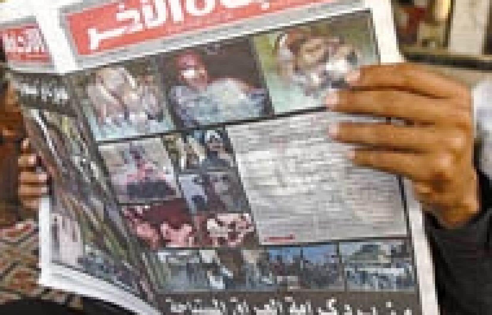 Lecture des journaux, hier, dans un café de Mossoul, au nord de l'Irak. À la une, des photos des prisonniers maltraités à la prison d'Abou Ghraïb.
