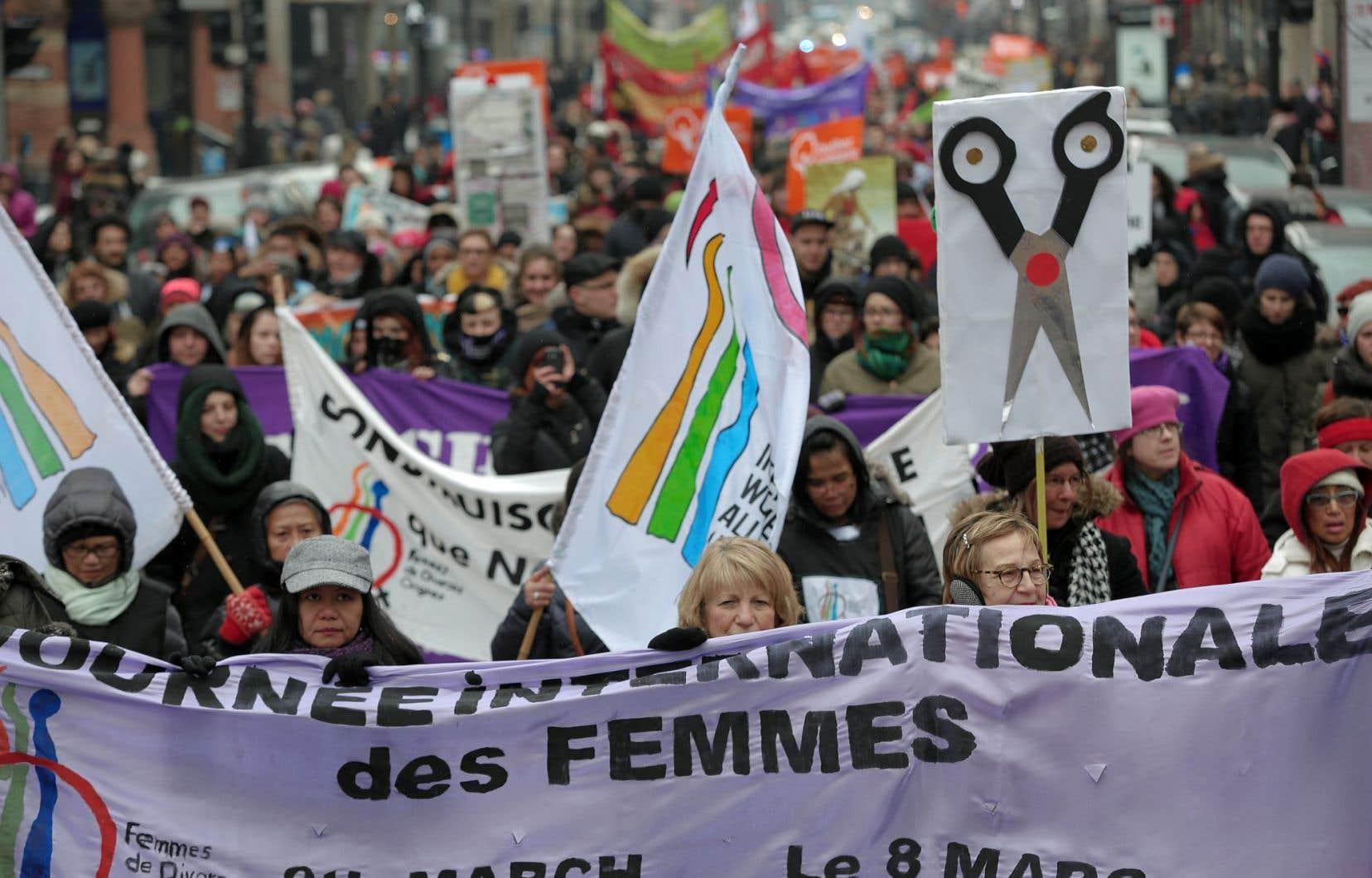 Plus de 1000 personnes, en grande majorité des femmes, étaient réunies à la marche montréalaise soulignant la Journée internationale des femmes.