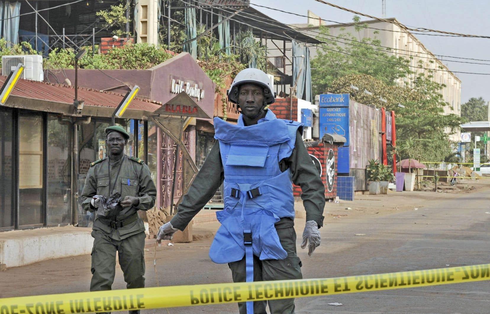 Des policiers patrouillaient près du restaurant La Terrasse samedi, à Bamako, où cinq personnes ont été tuées, dont deux étrangers européens.