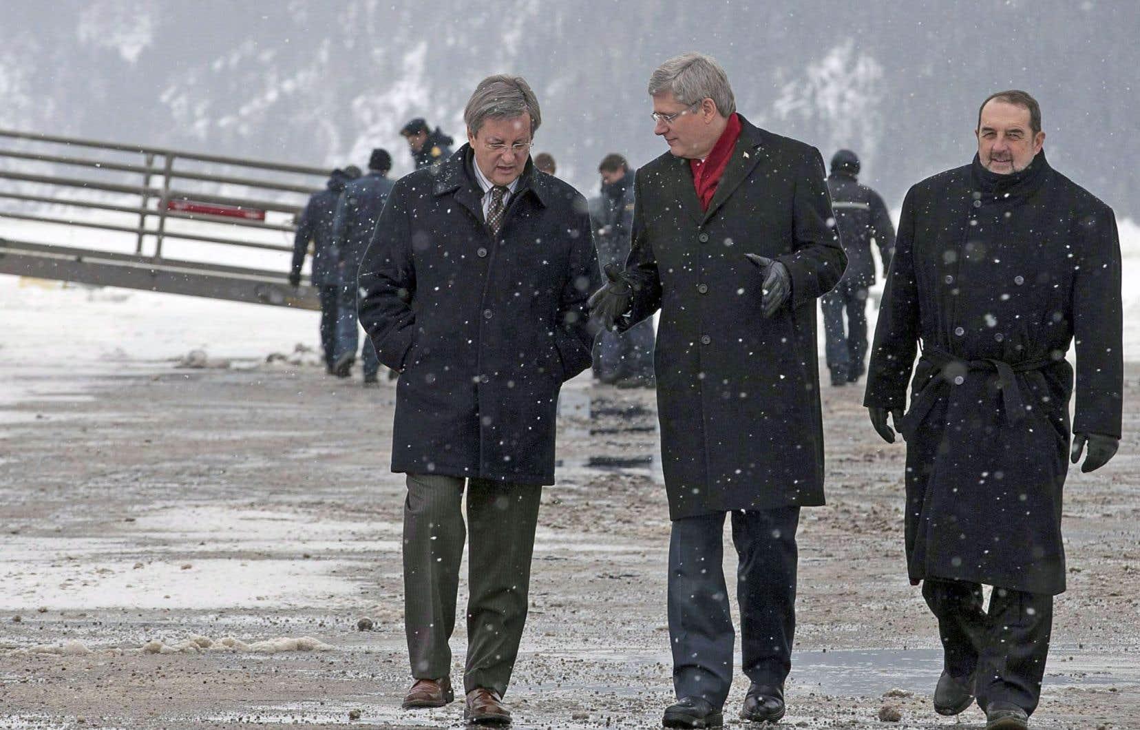 Le maire Jean Tremblay, ci-dessus avec Stephen Harper et Denis Lebel, ne ferme cependant pas définitivement la porte.