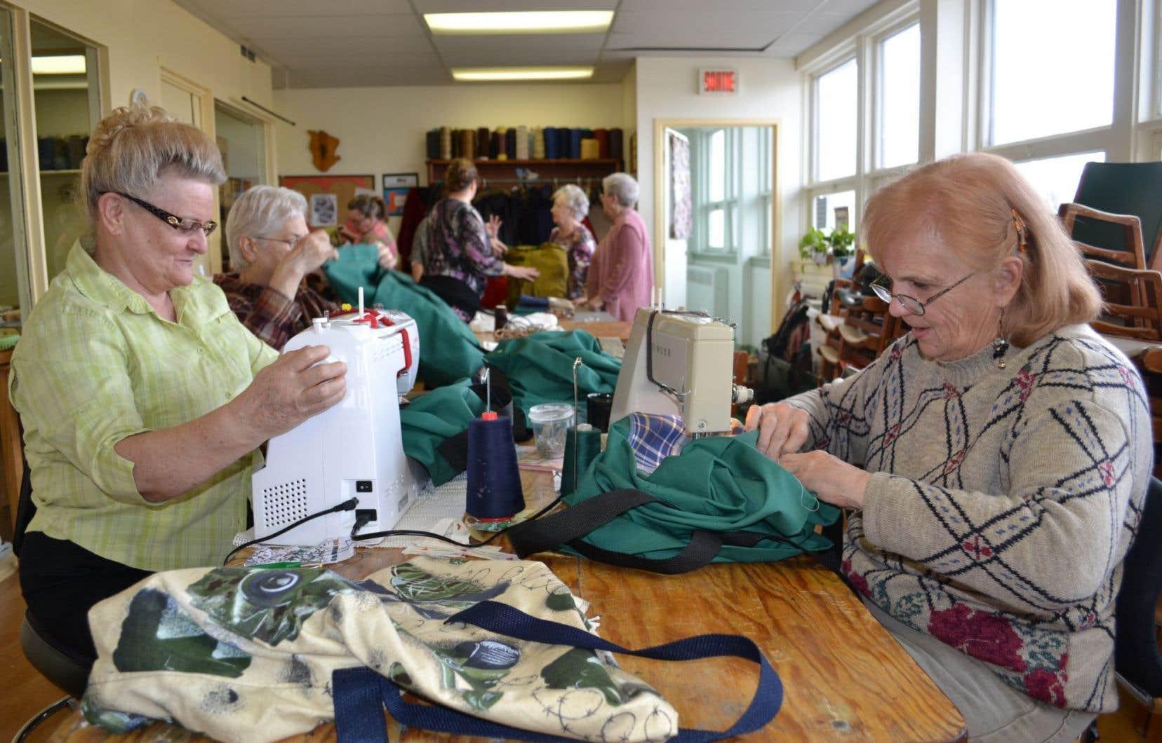 Des bénévoles du Cercle des fermières de Cowansville confectionnent des baluchons destinés à des enfants des Centres jeunesse.