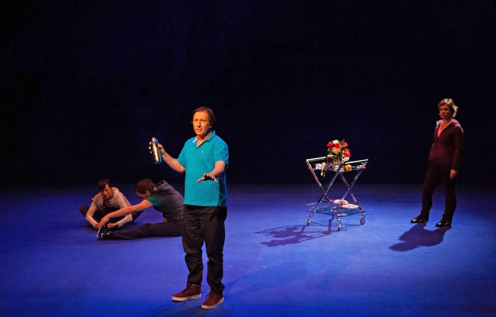 Les quatre comédiens d'Illusions œuvrent dans un décor minimaliste, pour ne pas dire absent.