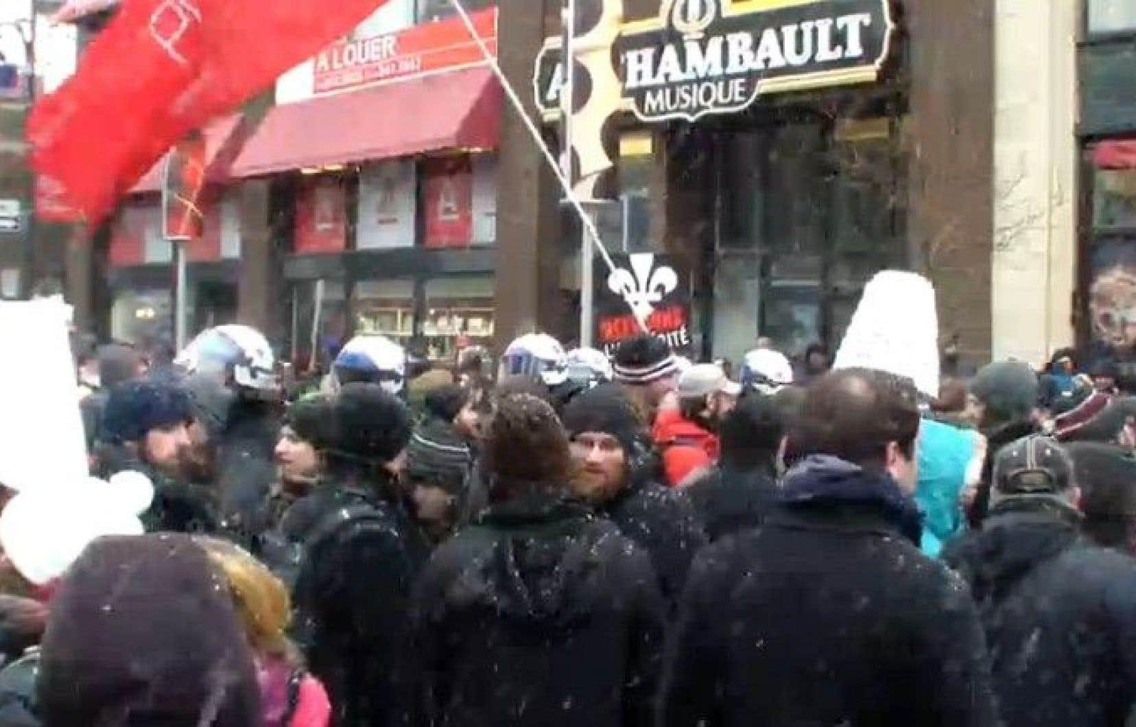 Manifestation en cours devant la place Émilie-Gamelin, samedi