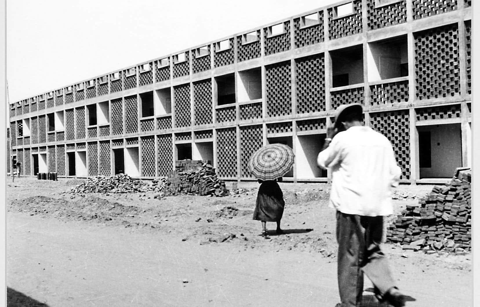 Pierre Jeanneret, architecte. Maisons gouvernementales à deux étages, à Chandigarh, en Inde, en 1956.