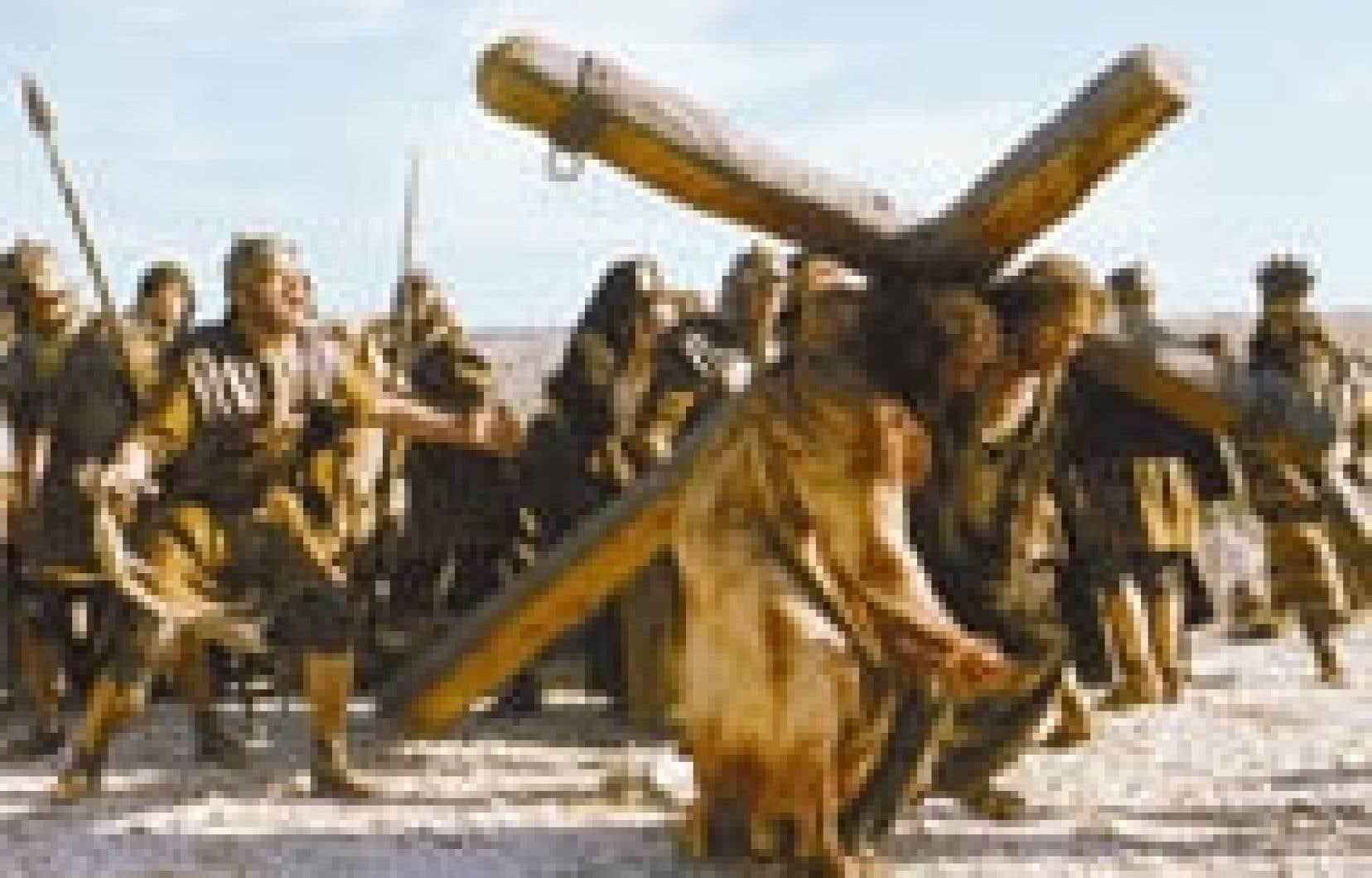Jésus, joué par Jim Caviezel, porte sa croix dans une scène du film de Mel Gibson, coté R, et donc interdit aux moins de 18 ans, pour ses scènes de violence. La Passion du Christ sort en salles demain. — Philippe Antonello, Equinoxe Films Inc