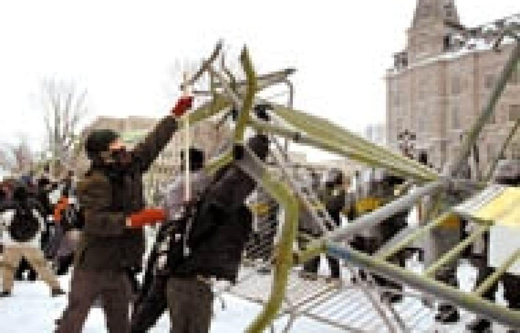 Des étudiants ont renversé une clôture de sécurité au cours d'une manifestation en faveur de la gratuité scolaire, hier, sur la colline parlementaire, à Québec. — Photo: Louise Leblanc