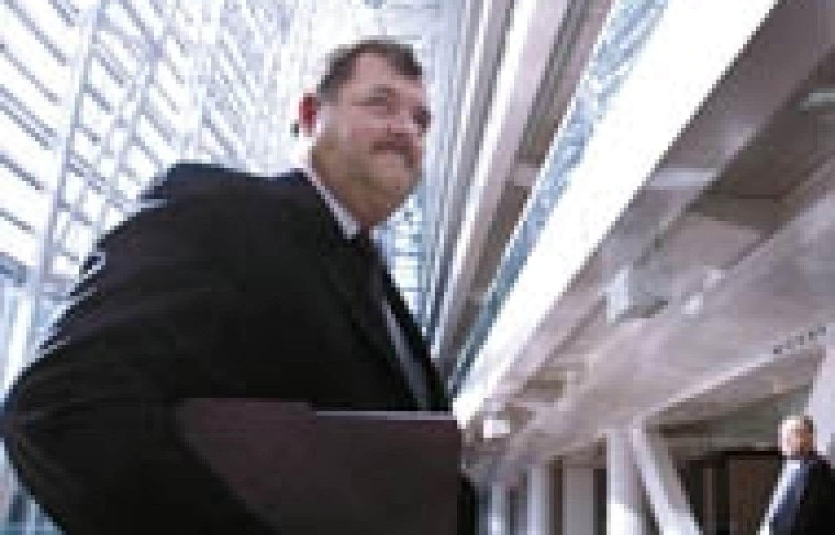 Henri-Paul Rousseau fait son entrée au nouveau siège de la Caisse de dépôt afin d'y présenter les résultats de l'institution pour 2003.