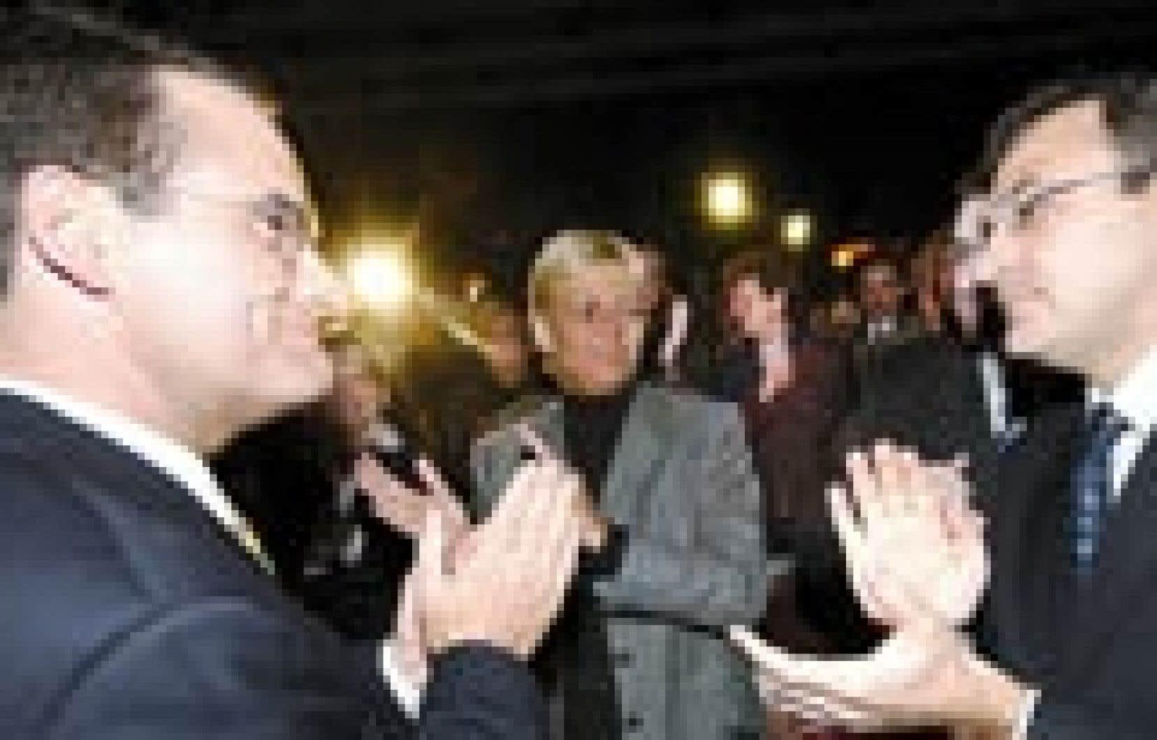 Martin Cauchon (à droite) a confié à Jean Lapierre la circonscription d'Outremont, qu'il représente encore, au cours d'une assemblée d'investiture, hier.