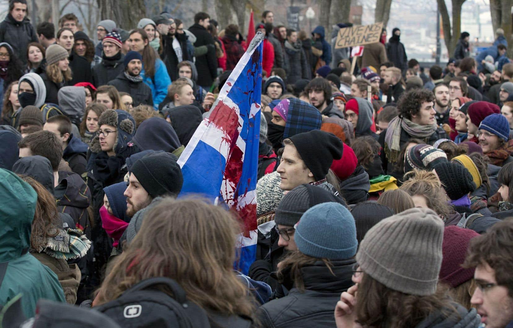 Des étudiants se sont rassemblés jeudi à Québec pour manifester devant le parlement.