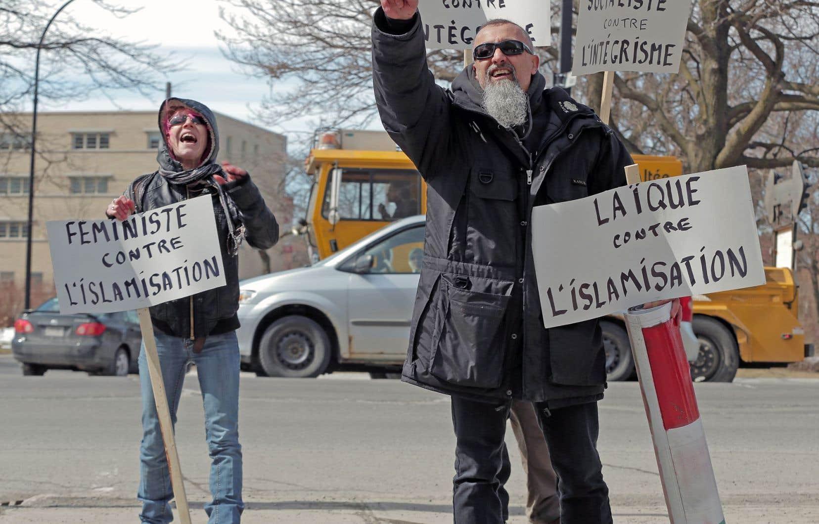 Les manifestants contre l'islamisation ont échangé quelques slogans et insultes avec les contre-manifestants issus de groupes de gauche.
