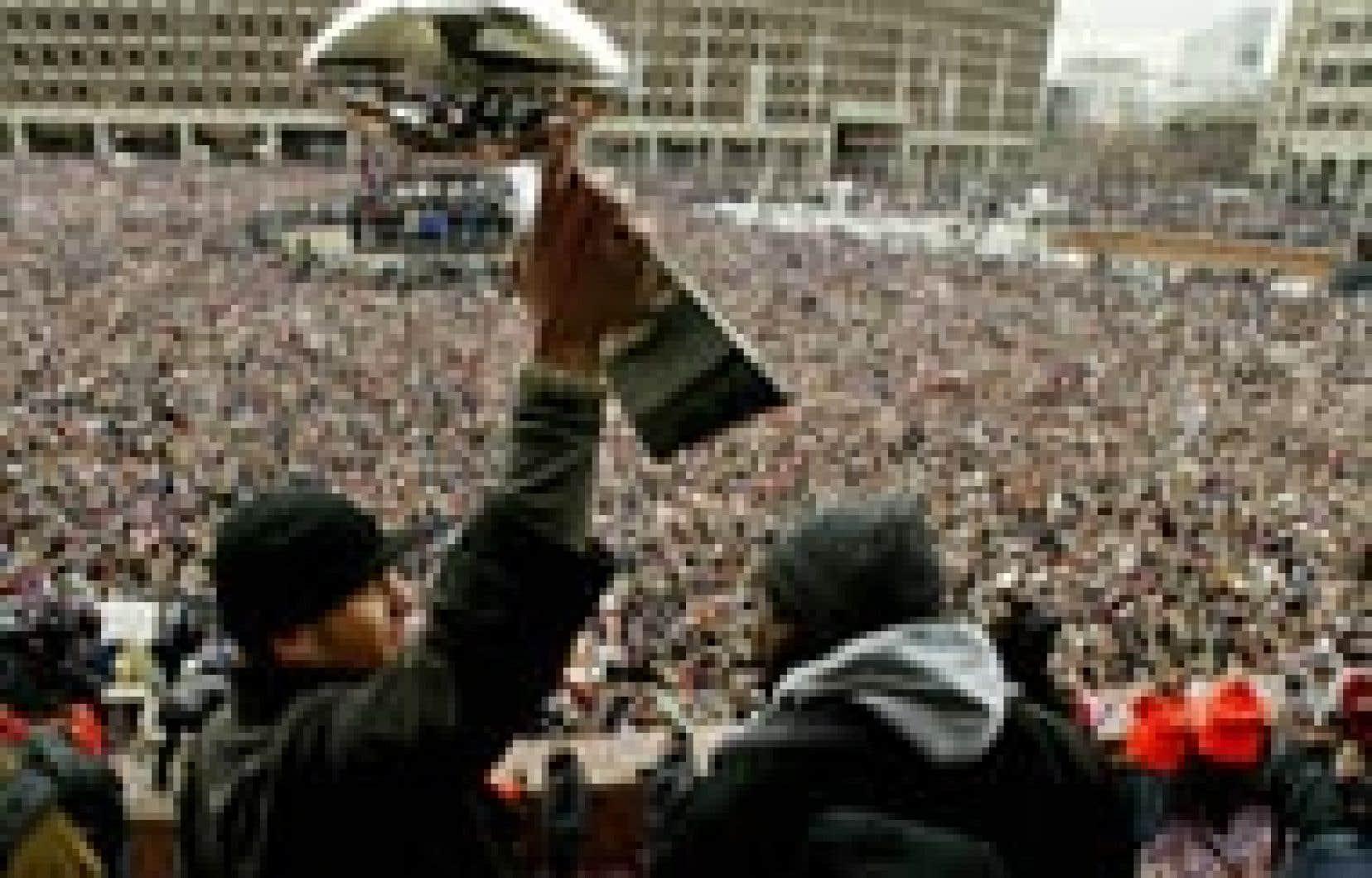 Tom Brady, le quart-arrière des Patriots de la Nouvelle-Angleterre, a brandi, hier, le trophée Vince Lombardi devant des milliers de partisans rassemblés à Boston.