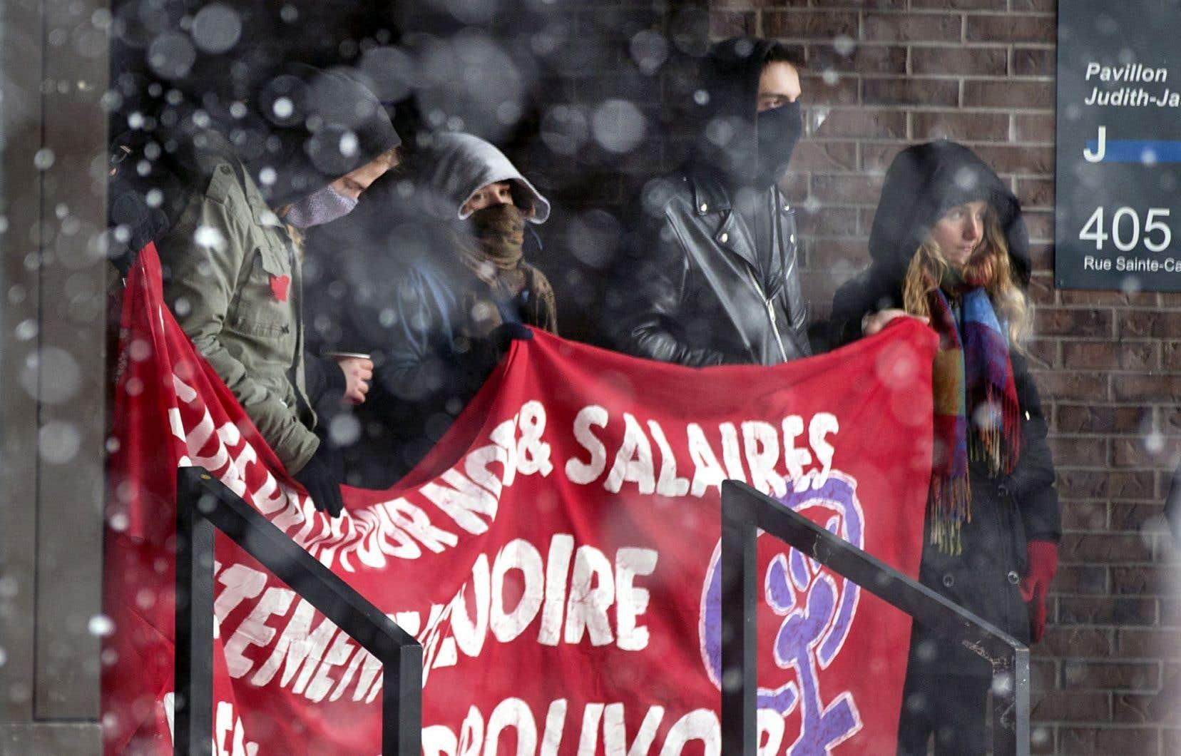 Les portes de l'Université du Québec à Montréal ont été bloquées lundi matin par des étudiants qui contestent les démarches qu'a entreprises la direction pour expulser neuf étudiants.