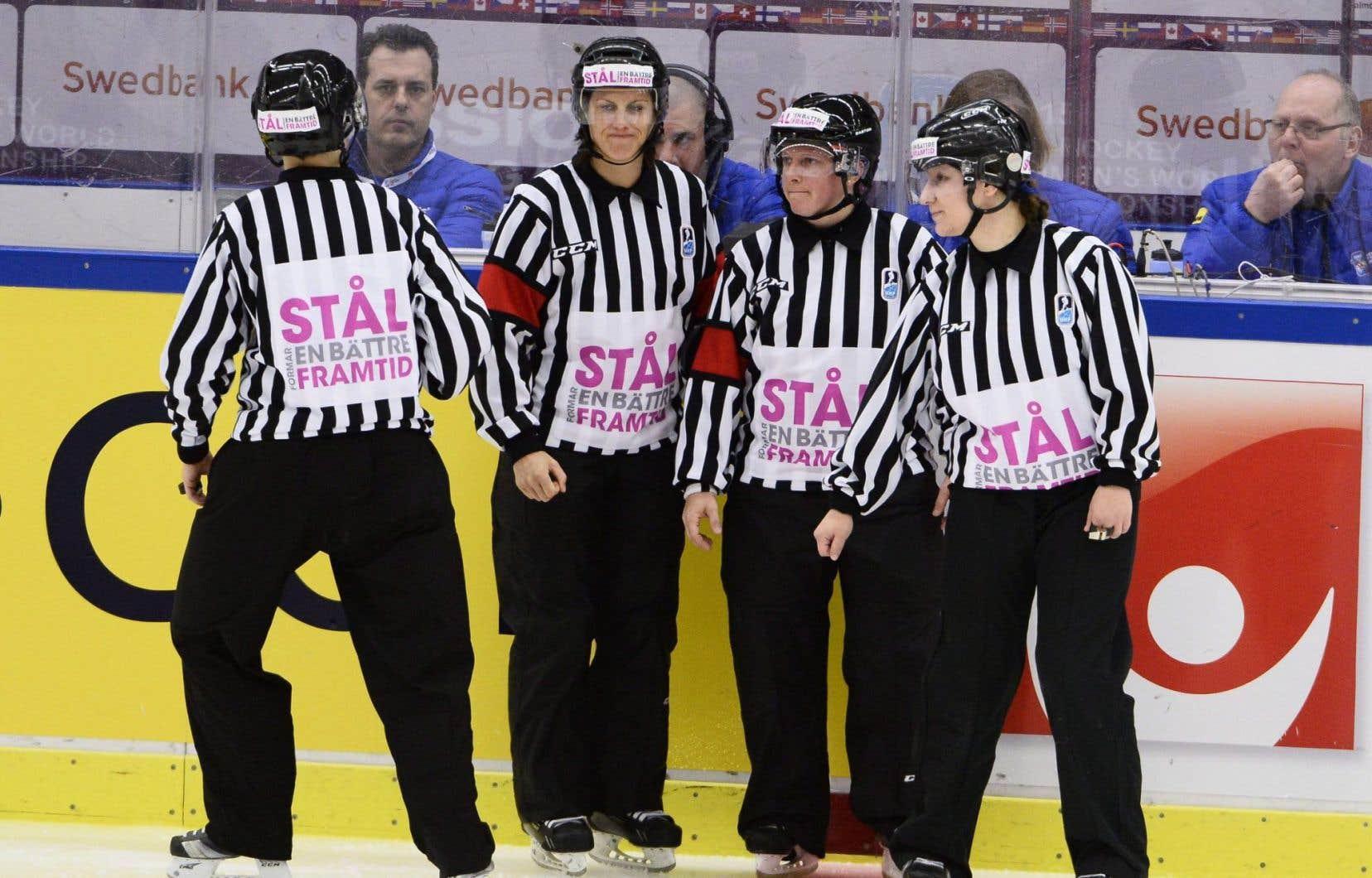 Les femmes comptent désormais sur le même personnel d'officiels que les hommes, un autre signe des progrès réalisés par le hockey féminin.