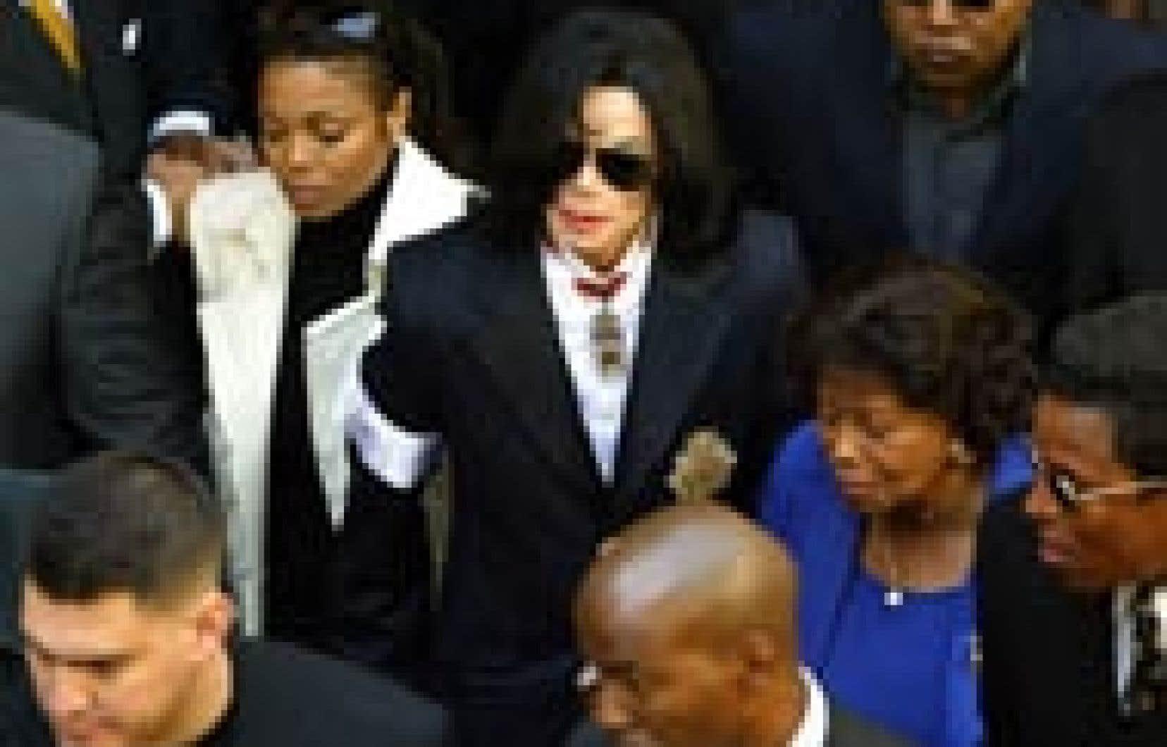 À sa sortie de la cour de Santa Maria hier, Michael Jackson était entouré de sa soeur Janet (à sa droite) ainsi que de sa mère Katherine et de son frère Jermaine. De nombreux gardes du corps protégeaient la famille des centaines de fans venus sout