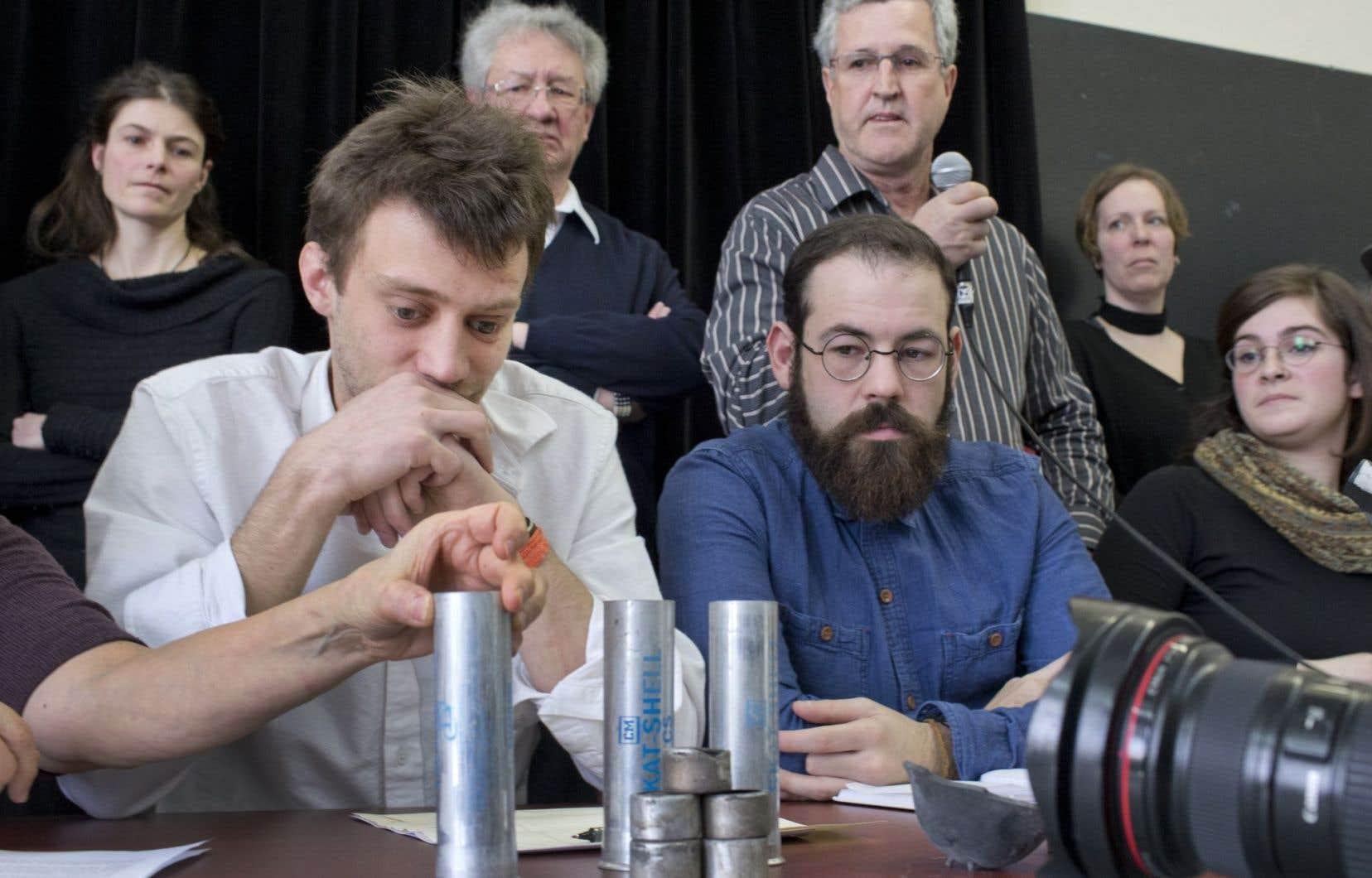 Maxence L. Valade (à gauche), du collectif Armes à l'oeil, a perdu son oeil gauche lors de l'émeute du 4 mai 2012 à Victoriaville.