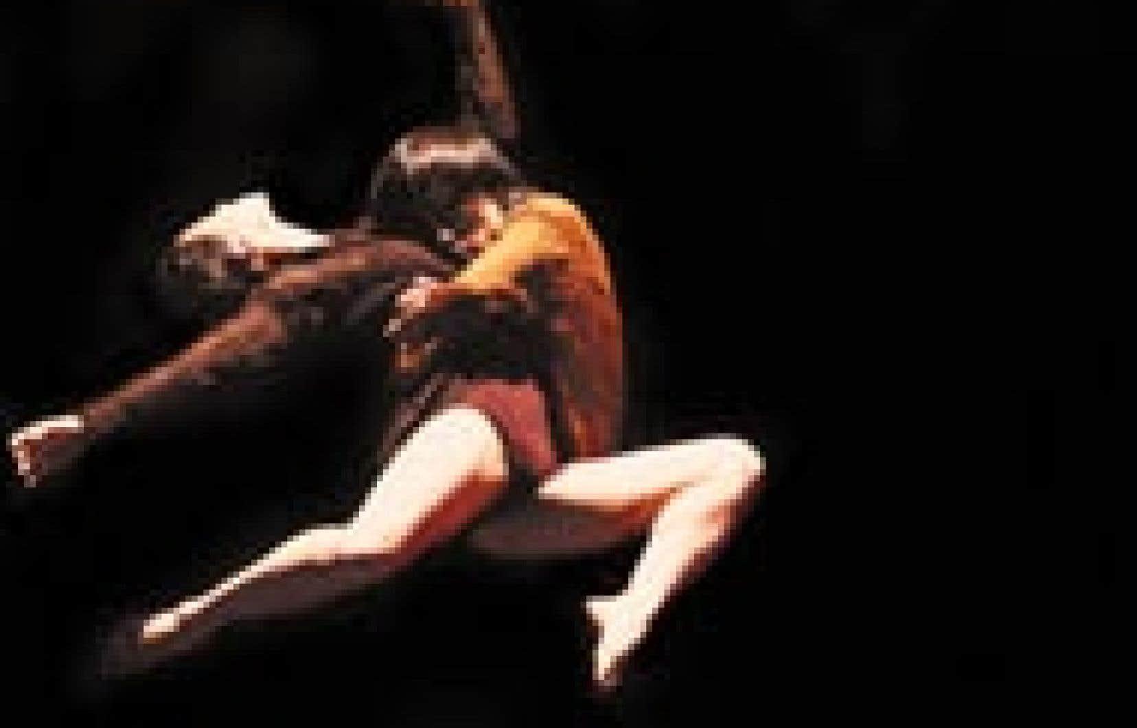 Une scène de Os, un projet collectif de la Beijing Modern Dance Company et du Snell Thouin Project. Photo :Chen Ruijun