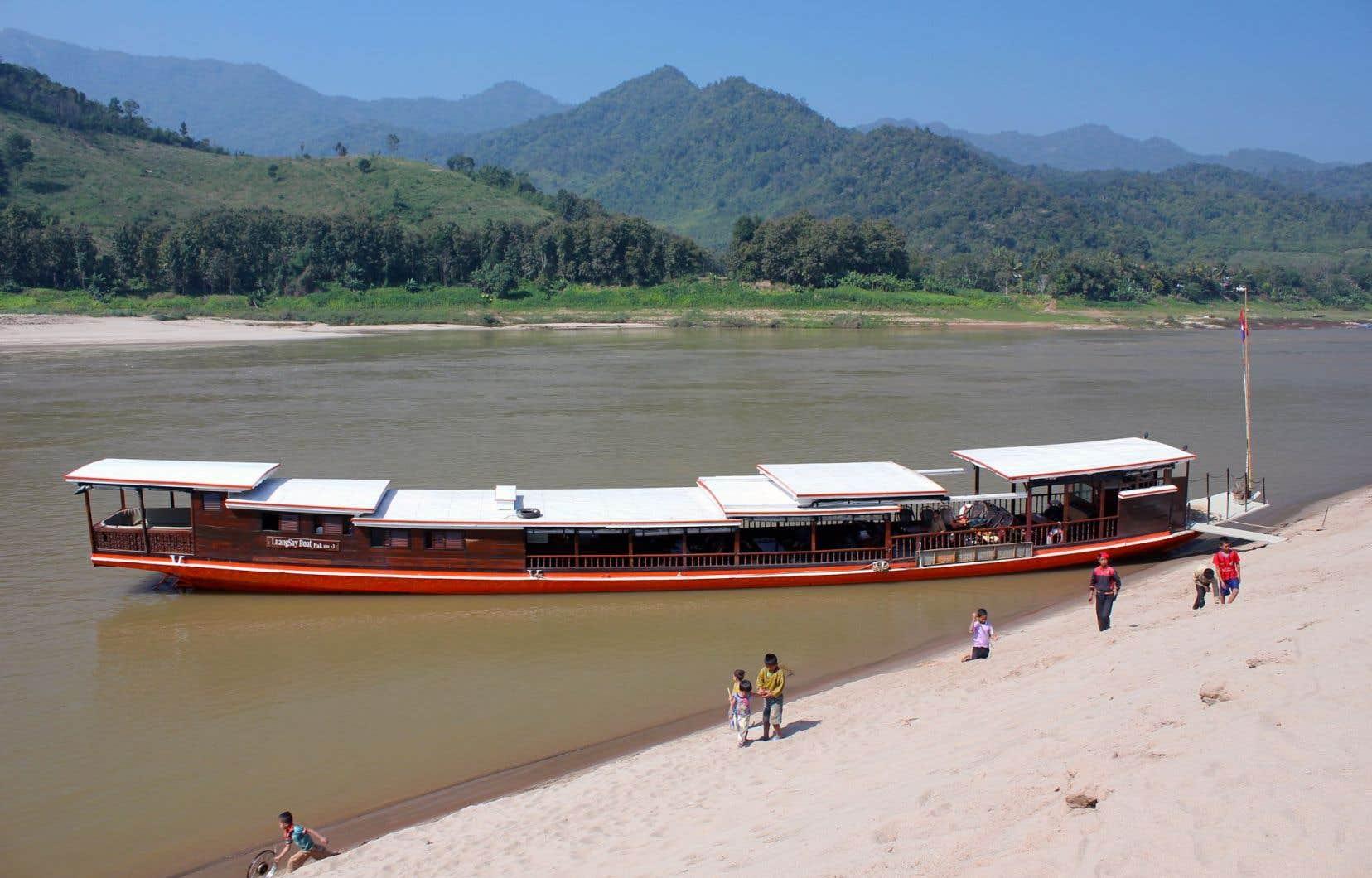 Remonter le Mékong à bord d'un lent, lent bateau laotien.