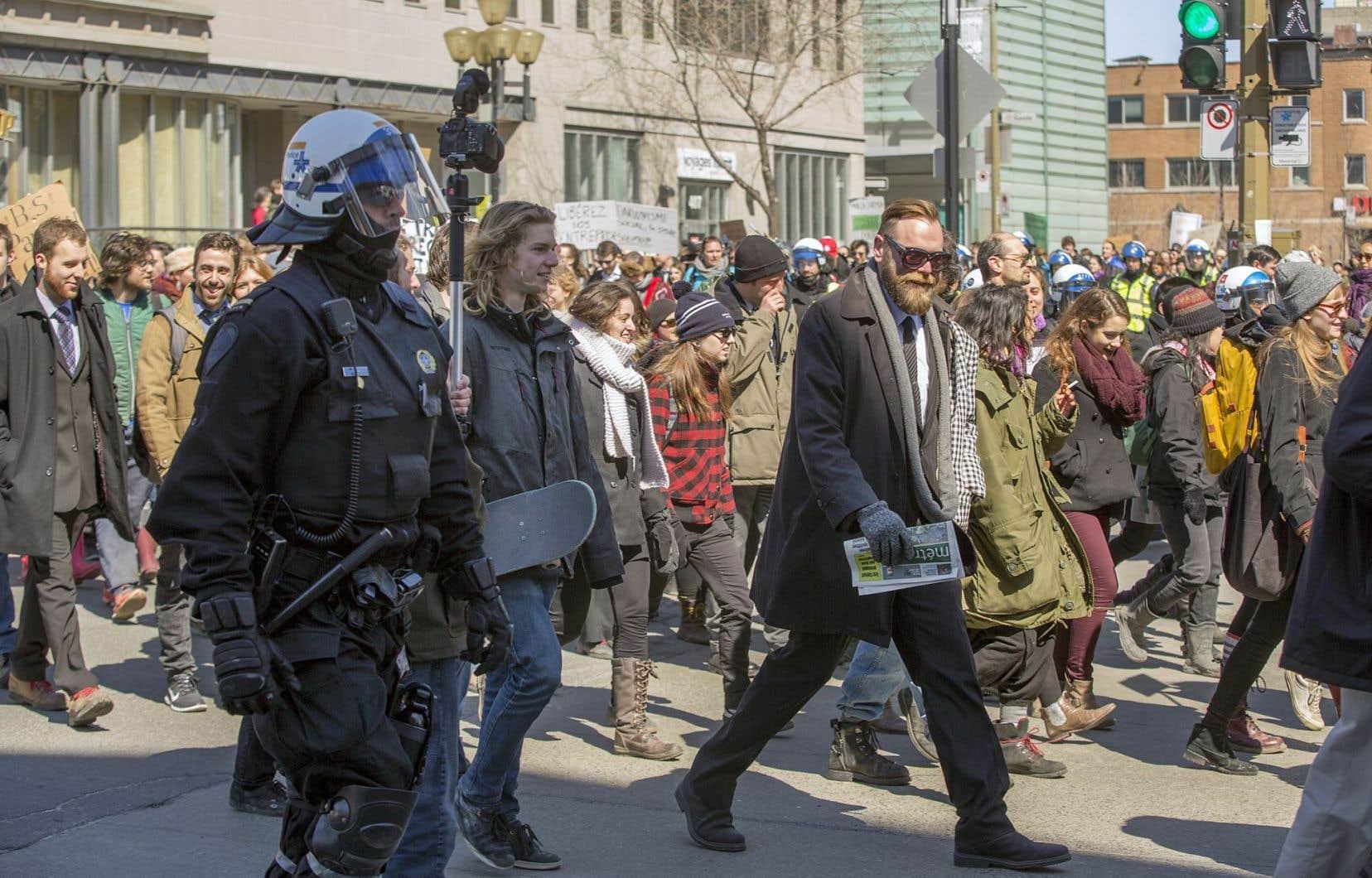 Le ton des manifestants anti-austérité a subitement changé, mercredi dans les rues du centre-ville de Montréal. Le temps d'un après-midi, à l'occasion du poisson d'avril, ils ont troqué le sérieux de leur revendication pour l'ironie.