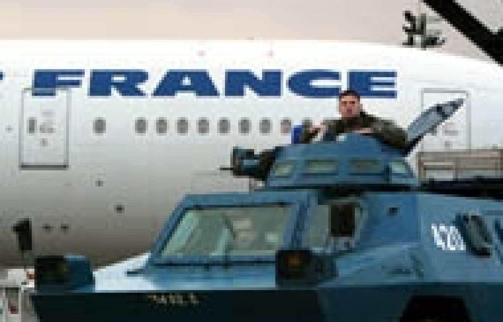 Avant de décoller de l'aéroport Charles de Gaulle en route pour New York, cet avion d'Air France a été placé sous la garde de ces militaires.