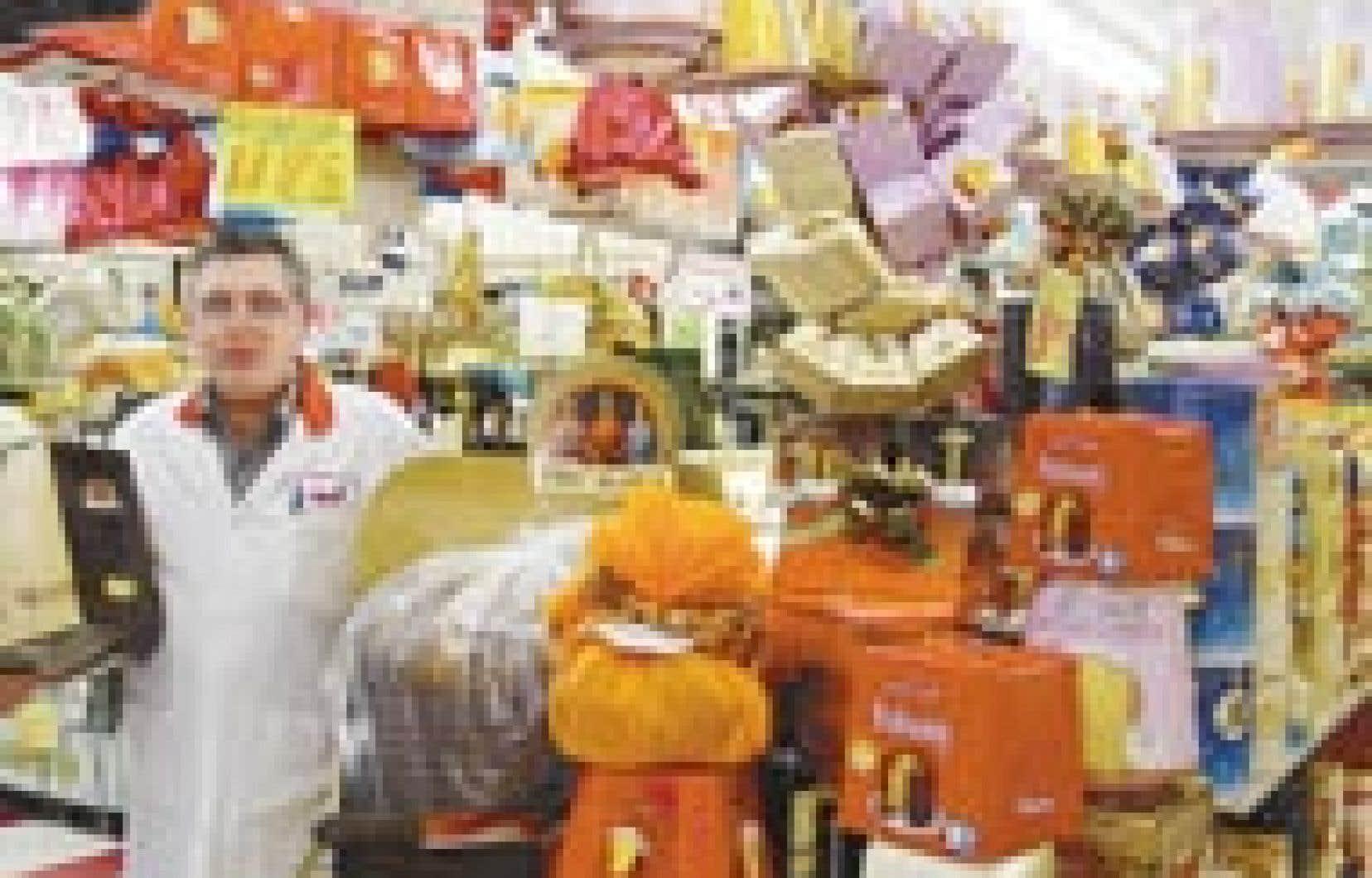 Guido, le gérant de l'épicerie Milano, entouré de ses milliers de petits pains. Pas moins de 11 000 gâteaux seront vendus pendant le temps des Fêtes.