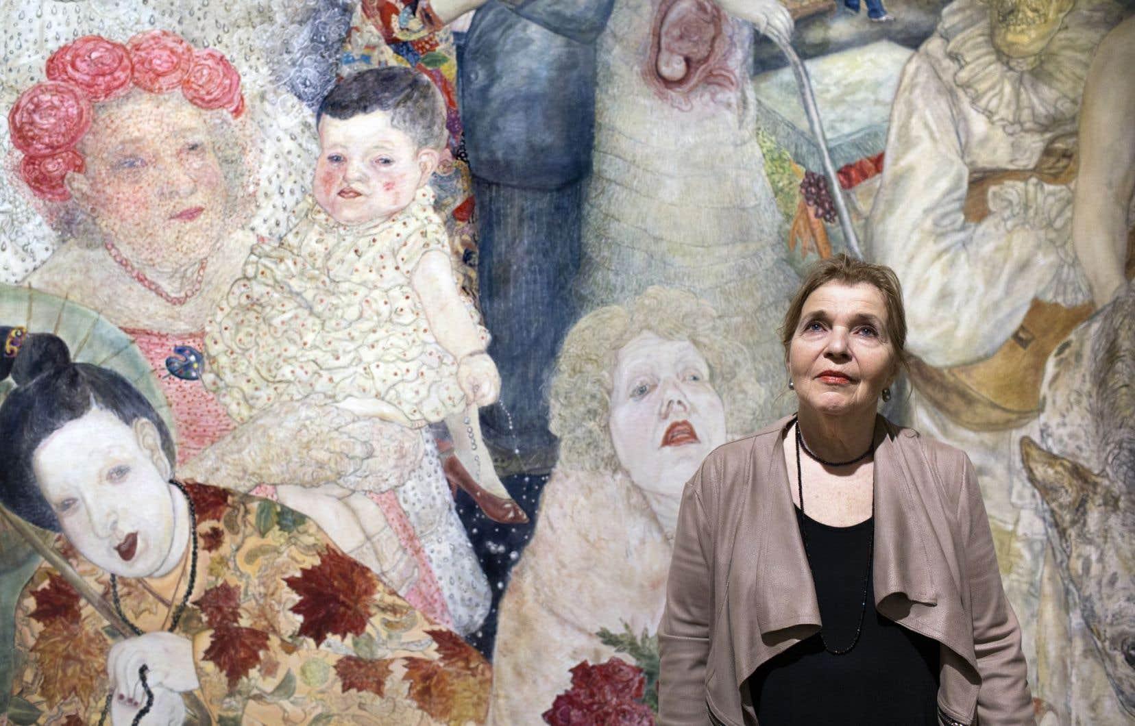 Marion Wagschal photographiée devant l'une de ses toiles