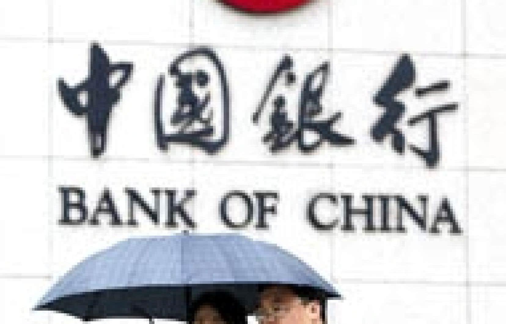 La Chine a injecté 45 milliards $US dans deux de ses principales banques publiques, un plan de renflouement attendu de longue date pour un secteur criblé de dettes et qui constitue le talon d'Achille du pays. Les deux banques ainsi renflouées, Bank of