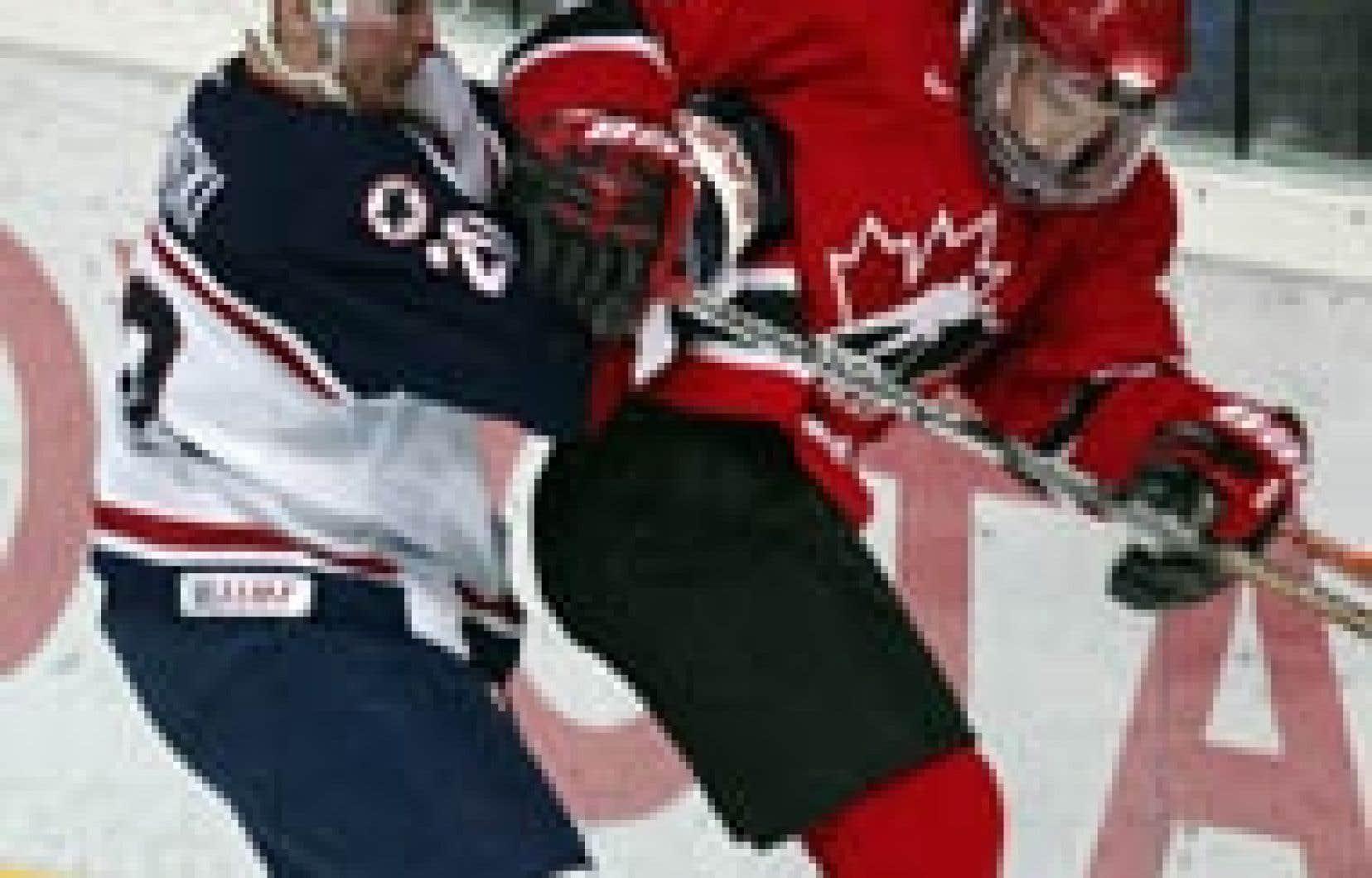 Sidney Crosby, de l'équipe canadienne, a subi à la médecine de James Wisniewski durant le match d'hier.