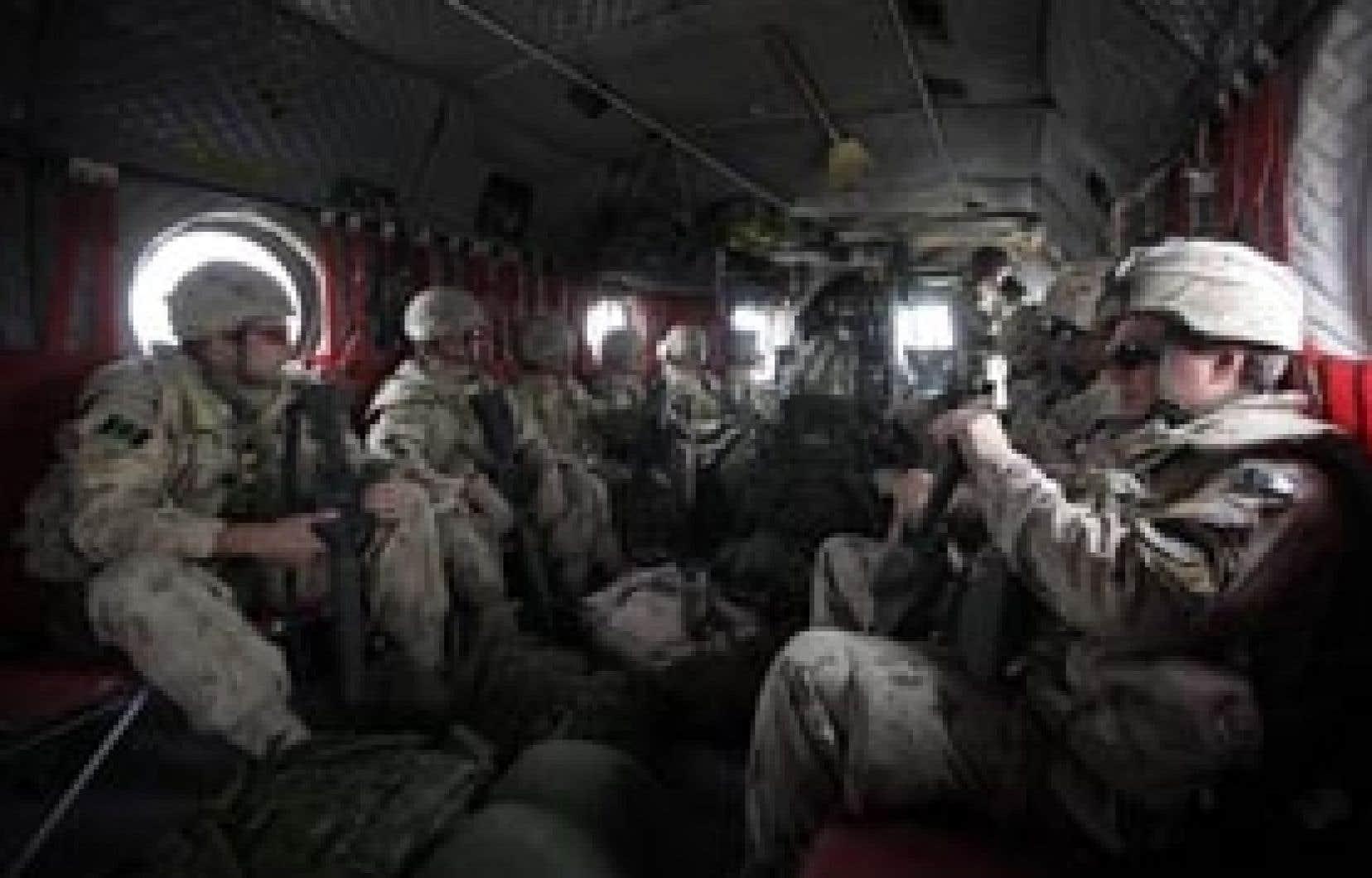 Des soldats canadiens s'apprêtent à partir en mission à bord d'un hélicoptère Chinook des forces de l'OTAN sur la base de Masum Ghar, dans la province de Kandahar, au sud de l'Afghanistan.