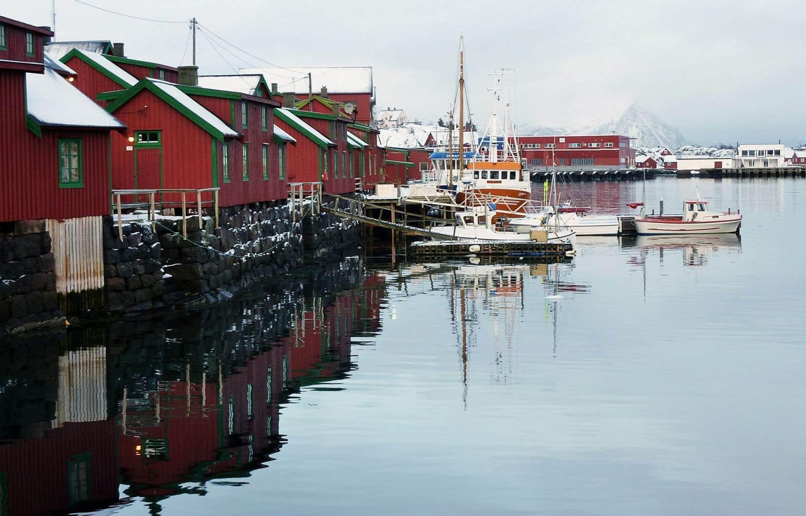 Petit village de pêcheurs en Norvège. Le pays, qui tire une part importante de ses revenus de l'exploitation du pétrole, cherche malgré tout à contribuer à la protection de l'environnement.