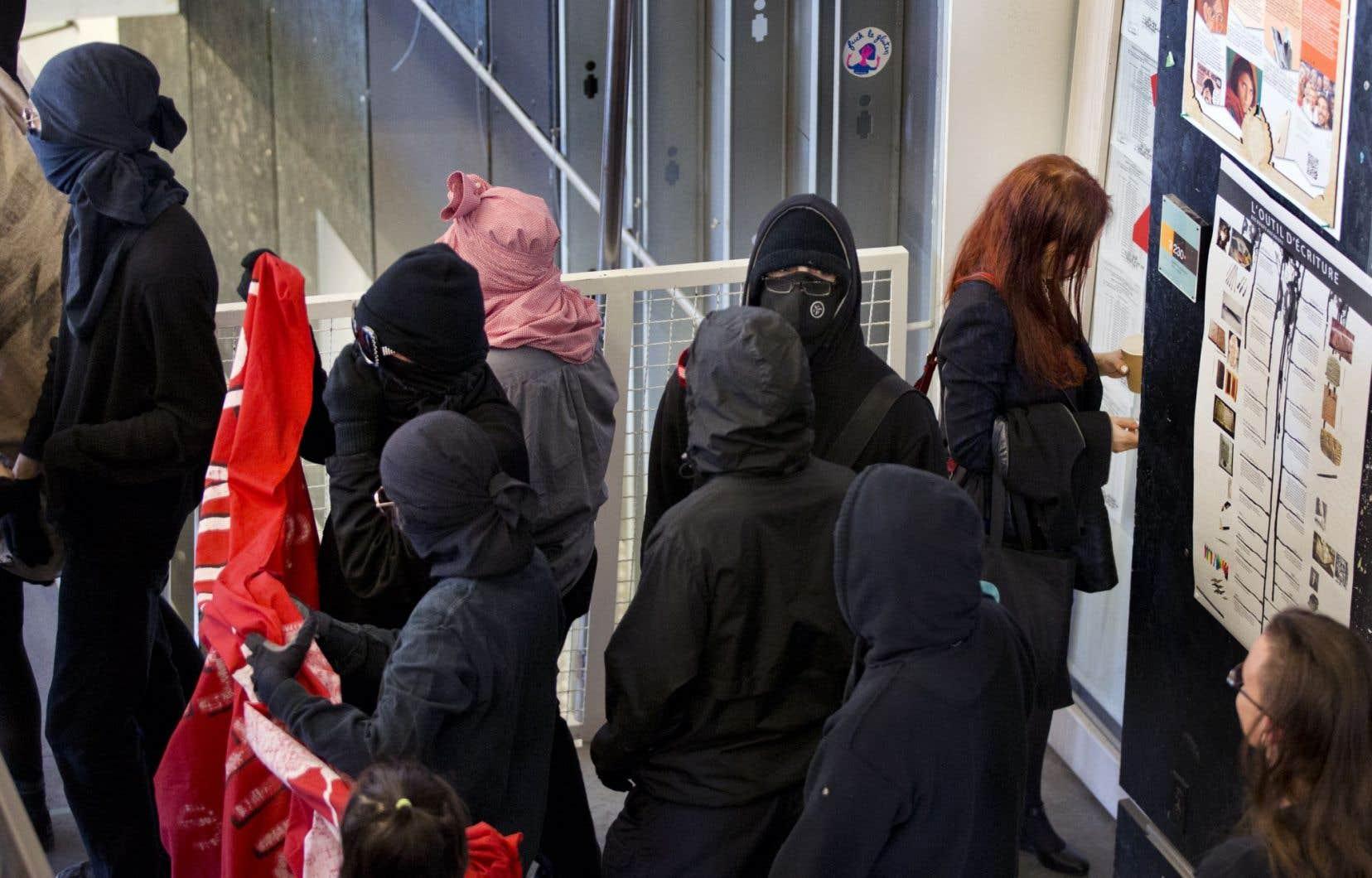 Malgré l'injonction reconduite pour permettre la tenue des cours, des manifestants masqués ont bloqué l'accès aux classes, forçant des professeurs à annuler leurs cours.