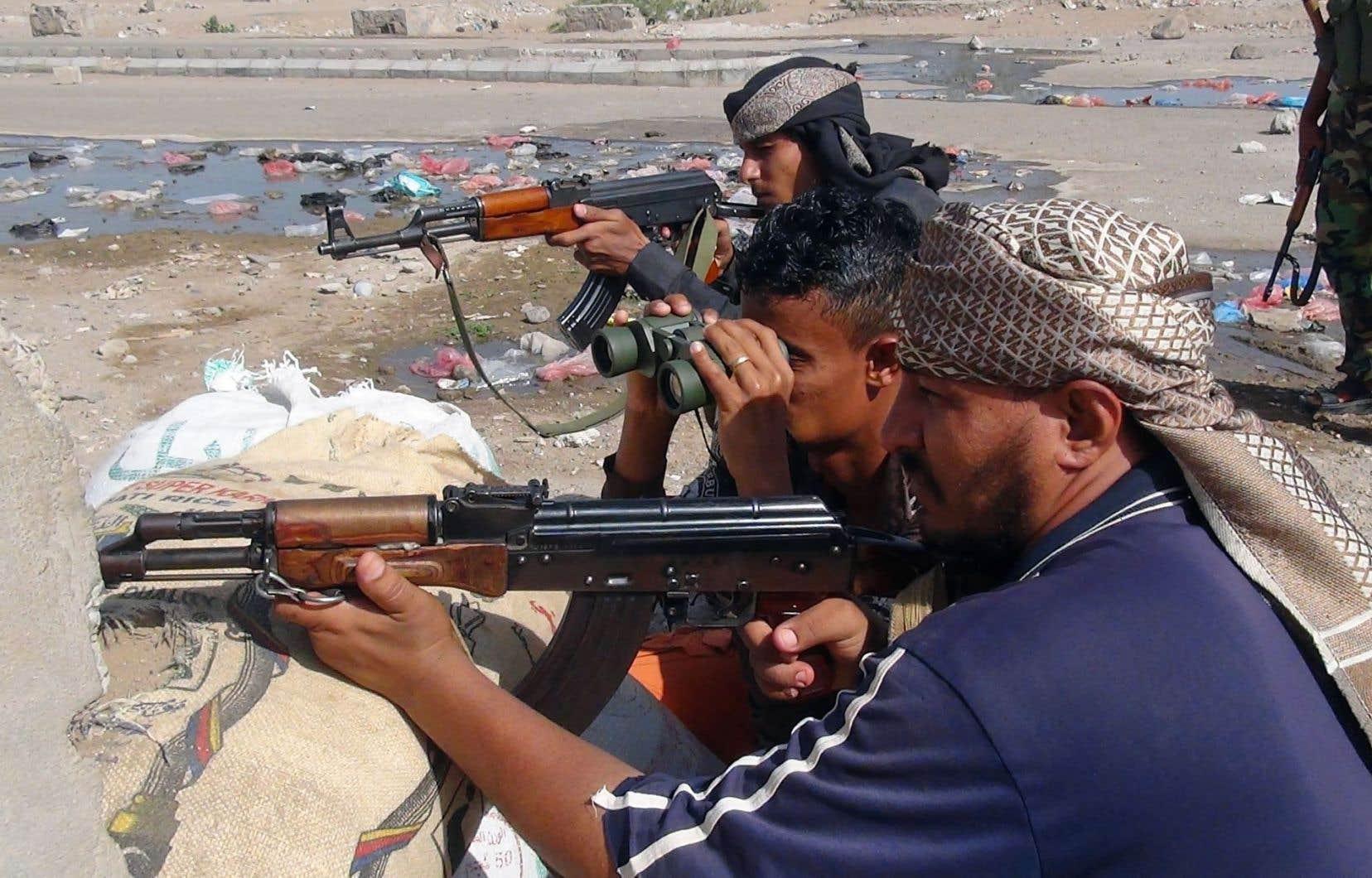 Des membres du mouvement séparatiste du sud du Yémen combattent les Houthis à Aden.