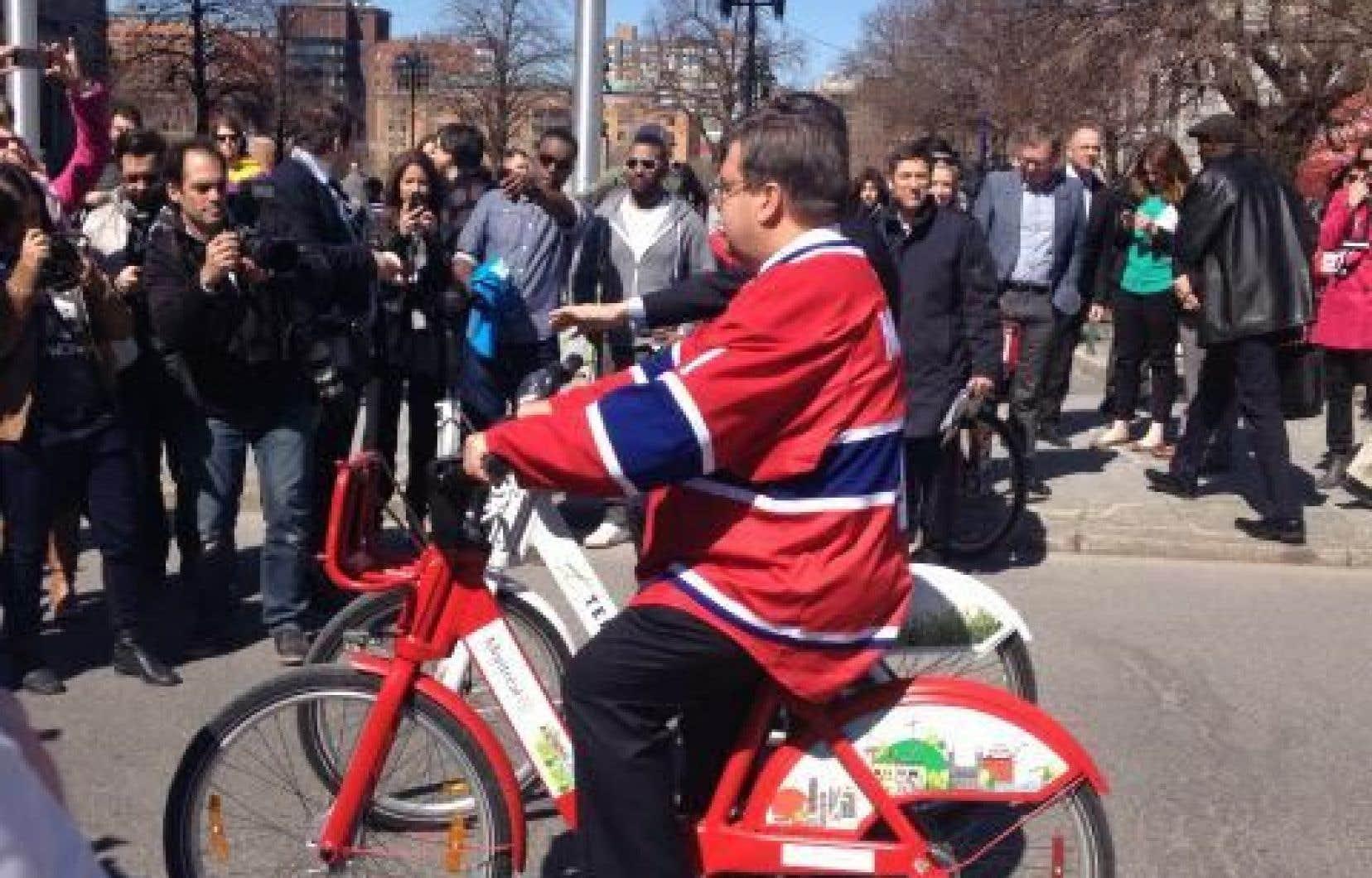Vêtu d'un gilet du Canadien, le maire Denis Coderre a donné, mercredi, les premiers coups de pédale de Bixi pour la saison estivale 2015.