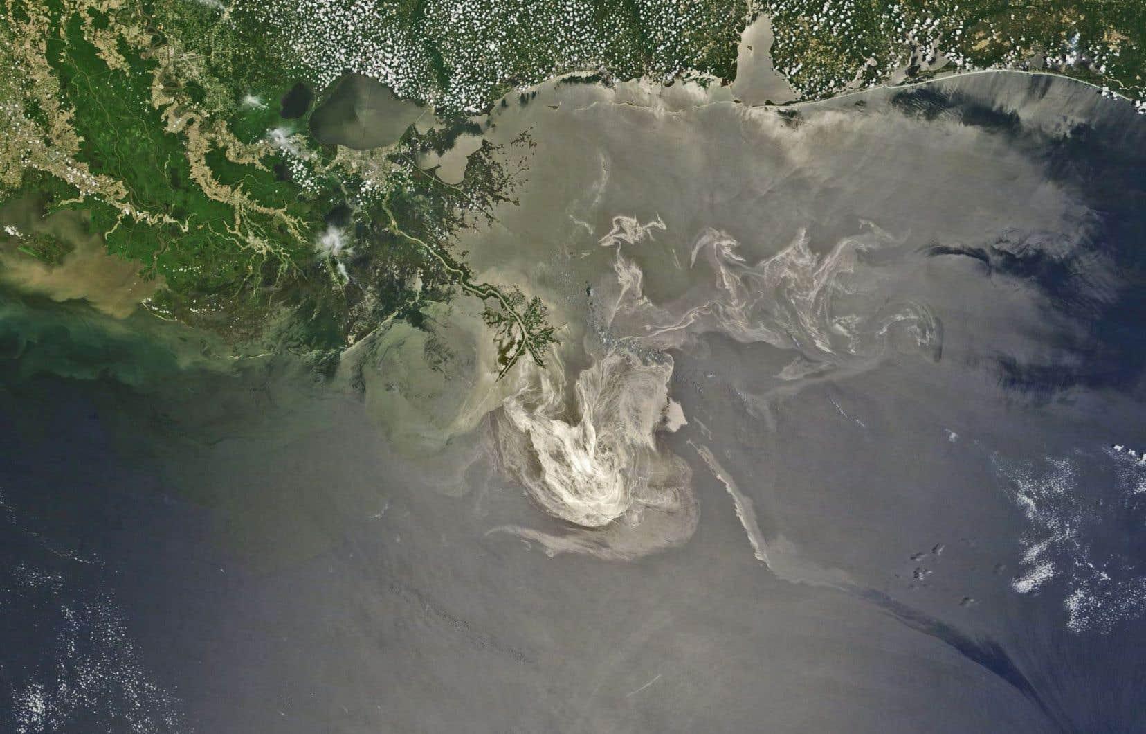Photo d'un satellite de la NASA montrant la marée noire dans le golfe du Mexique le 24 mai 2010.