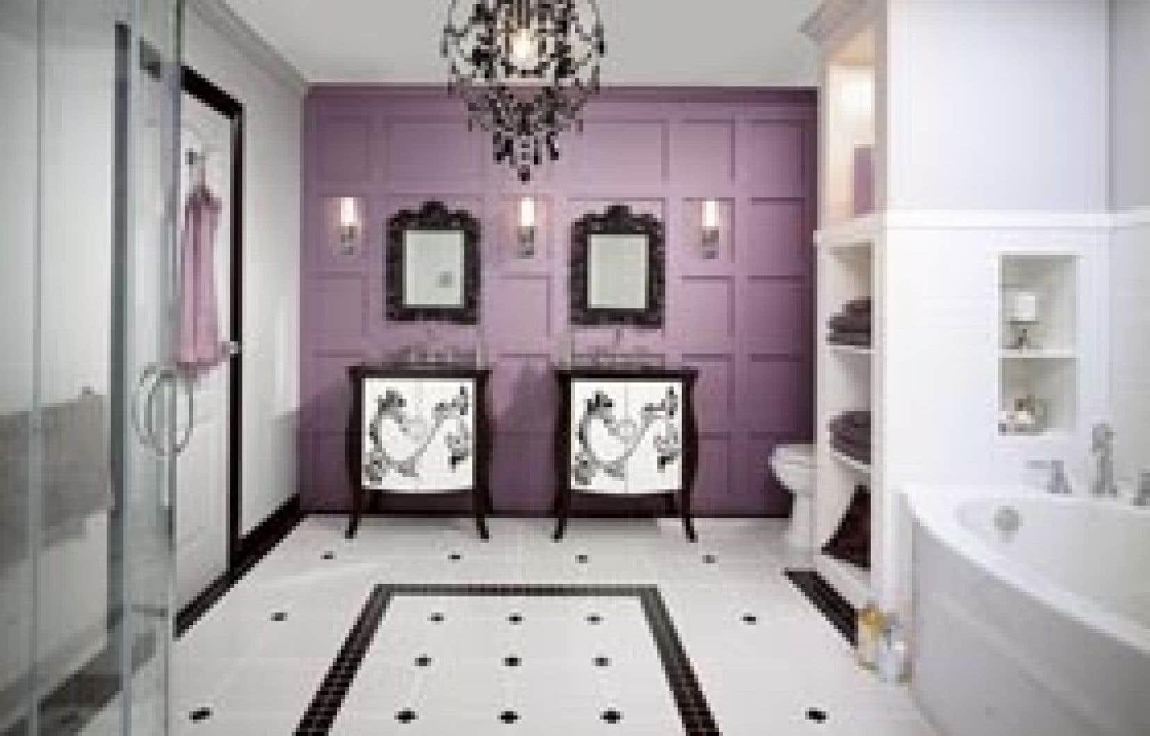 Une salle de bains de style Oasis. Les couleurs y sont douces, enveloppantes, et font appel à la nostalgie avec des éléments comme la broderie, les tapisseries fleuries et les lustres d'inspiration Versailles.