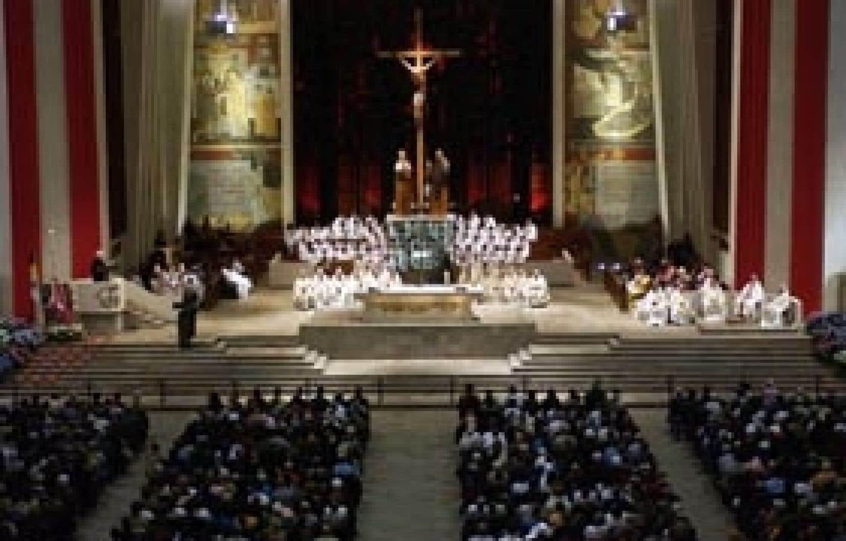 À l'oratoire Saint-Joseph, situé en pleine métropole, les pèlerins et les touristes religieux sont originaires d'un peu partout dans le monde.