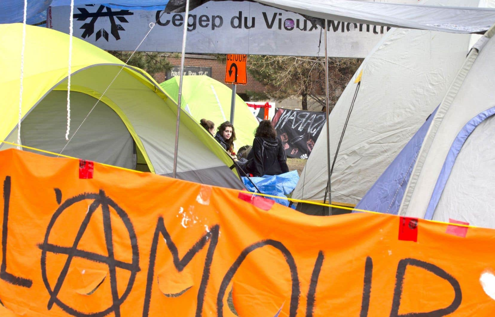 Des étudiants du cégep du Vieux-Montréal ont commencé à monter une dizaine de tentes devant l'établissement, mardi matin, pour protester contre les mesures d'austérité du gouvernement Couillard.