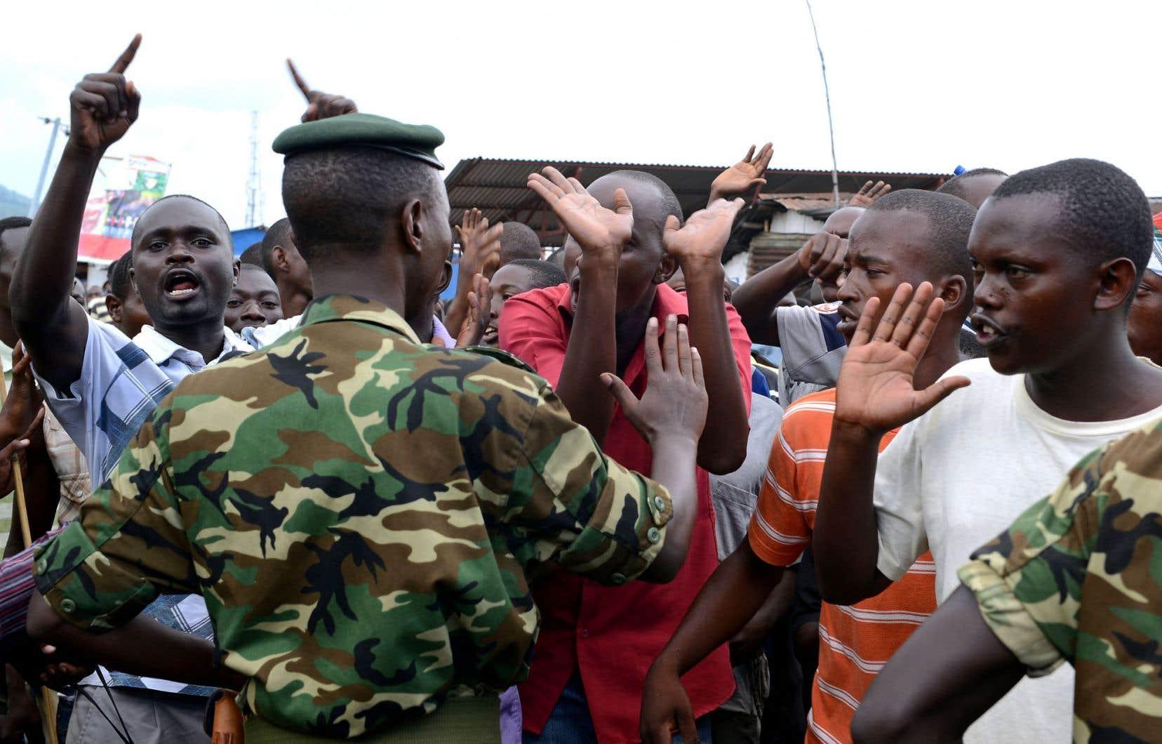 L'armée, bien perçue par la population, s'est interposée entre les manifestants et la police.