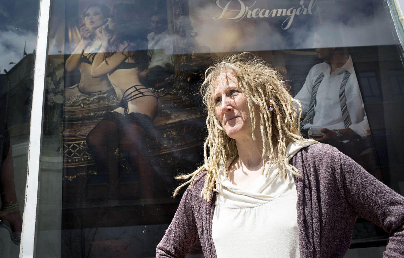 En entrevue, Ève Lamont explique qu'elle a voulu dresser un portrait clinique de la prostitution.