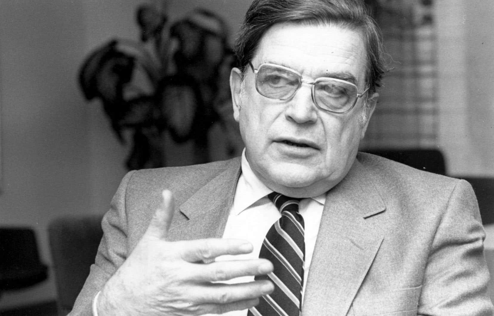 Universitaire de carrière et gestionnaire reconnu, Roland Parenteau a participé et contribué directement à façonner le Québec des décennies 1960, 1970 et 1980.