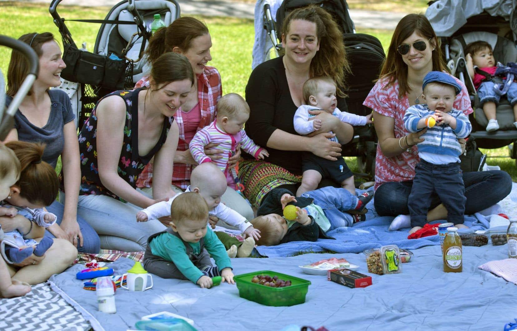 Ce groupe de mamans profitait de la température clémente jeudi à Montréal. Alors que 88% des mères prennent une partie du congé parental, seul 32% des pères s'en prévalent. Le Conseil du statut de la femme propose de modifier le RQAP.