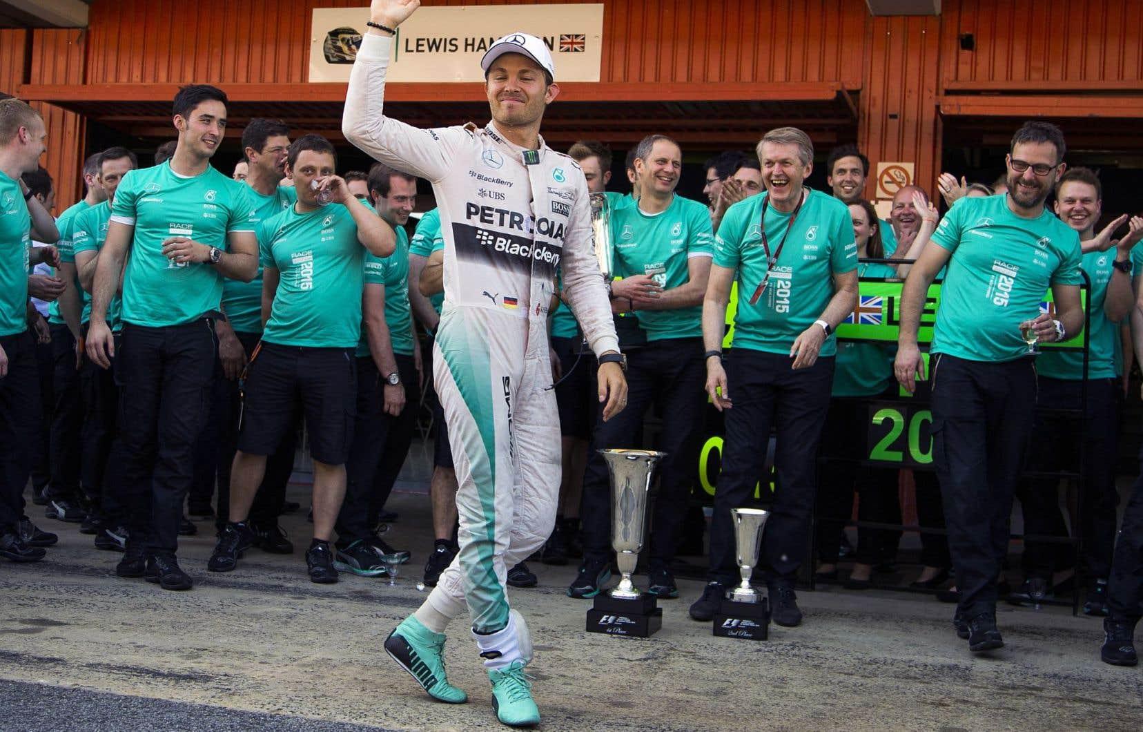 L'Allemand Nico Rosberg devant les membres de l'équipe Mercedes-AMG