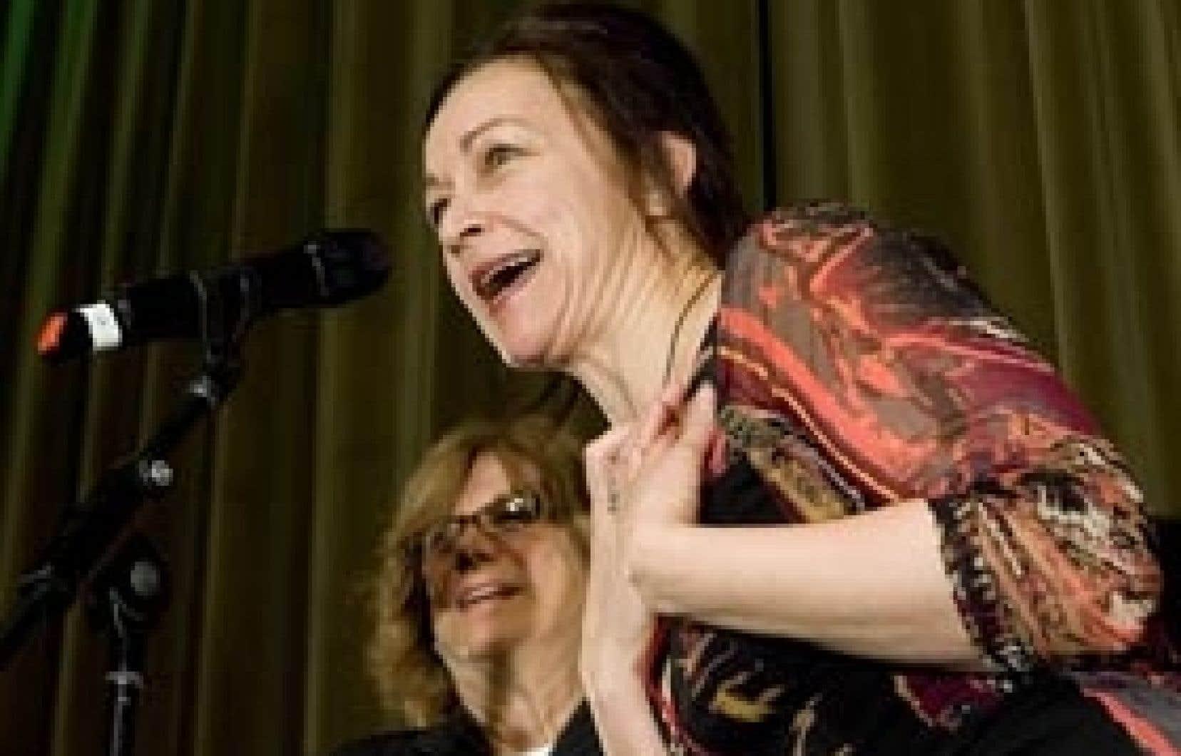 La comédienne Sylvie Drapeau s'est adressée au public réuni lors du dévoilement de la programmation de la saison 2009-10 du Rideau vert, devant la directrice artistique Denise Filiatrault.