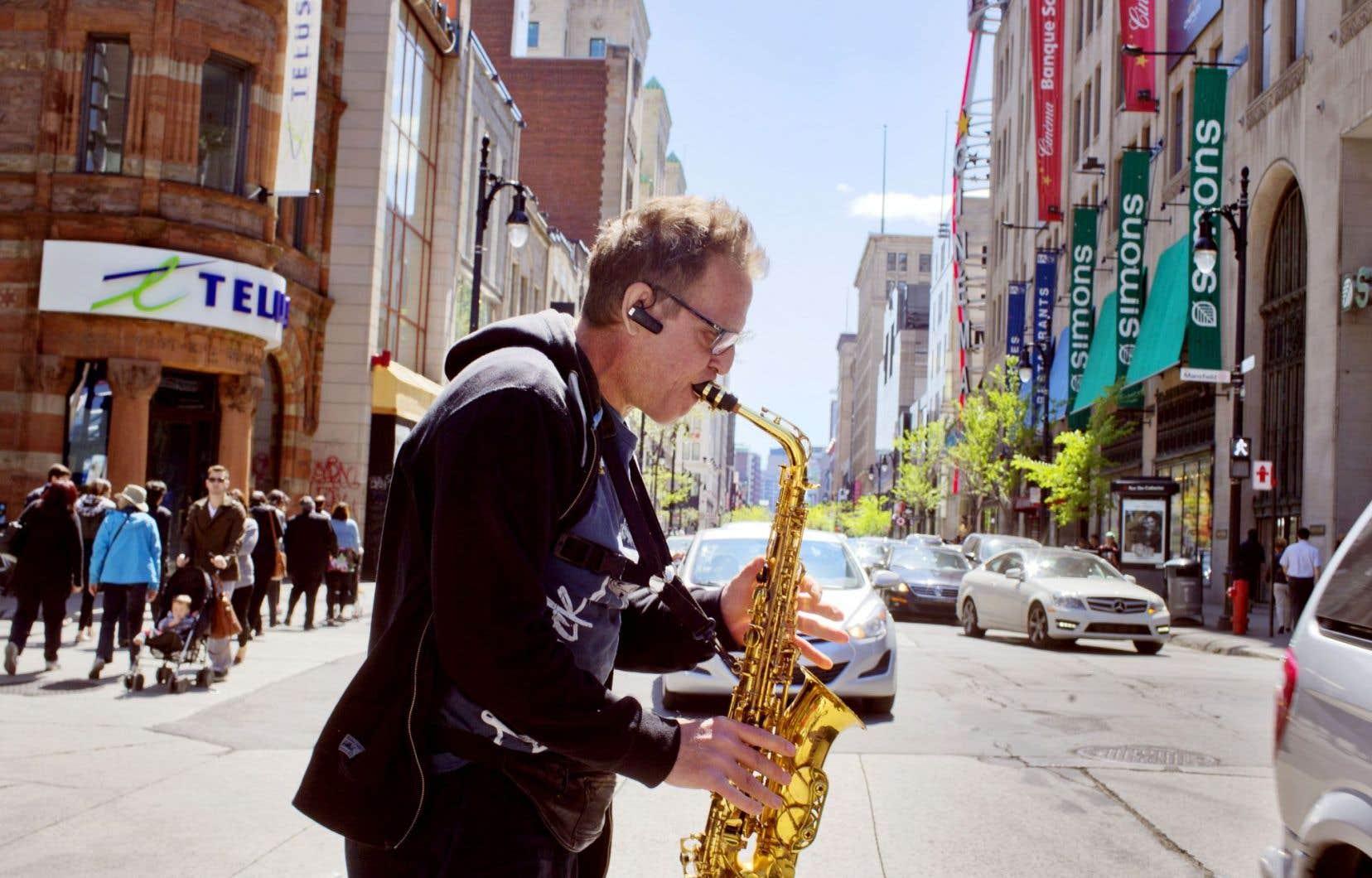 Scène de la rue Sainte-Catherine mercredi, avec le saxophoniste Alain Lebeau. La Ville de Montréal profitera de travaux d'infrastructures pour remodeler l'artère commerciale.