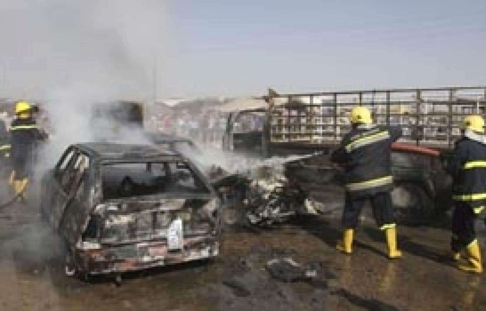 Les pompiers irakiens tentaient d'éteindre l'incendie qui ravageait une voiture dans le district Husseiniya de Bagdad.