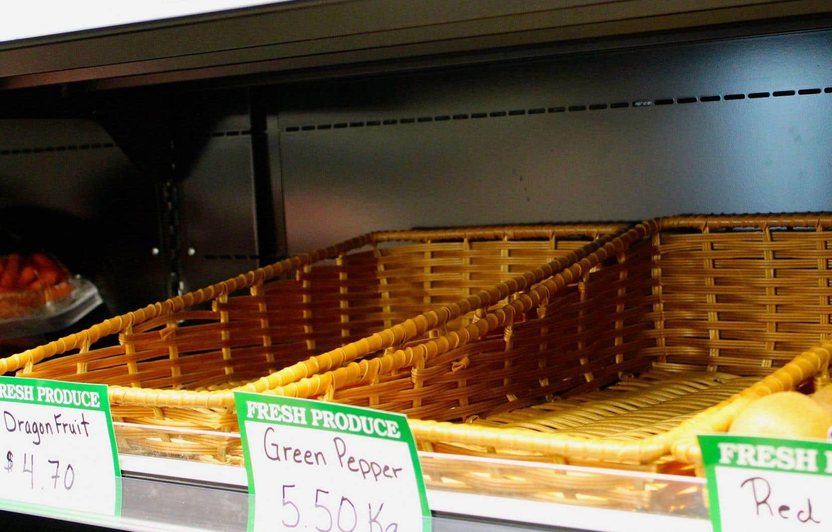 Les cageots sont souvent vides dans le rayon des produits frais.