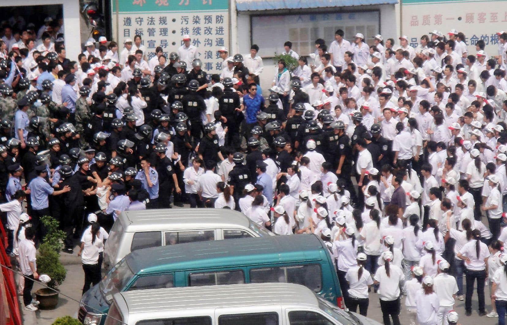À partir de mai 2010, les grèves se sont multipliées en Chine, comme ici dans une usine à Kunshan, où les ouvriers exigeant de meilleurs salaires avaient affronté la police.