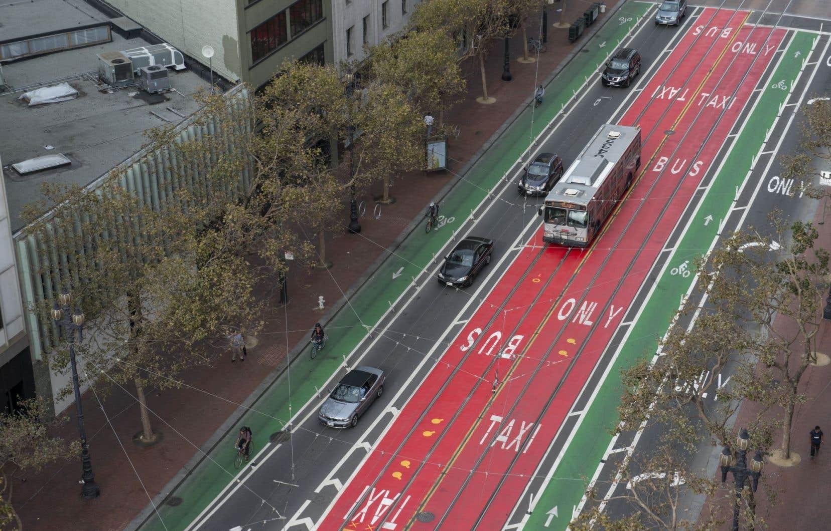 Embarquement permis à toutes les portes, feux de circulation synchronisés et voies réservées en rouge vif figurent parmi les mesures qui ont permis de décrisper le transport collectif à San Francisco.