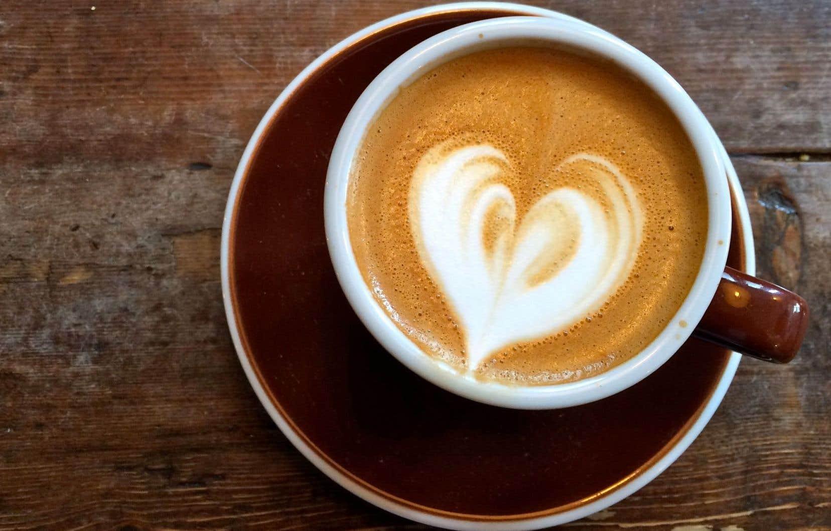 Un coeur de lait dans le café... Comme un clin d'oeil de barista au voyageur: «passe une belle journée».