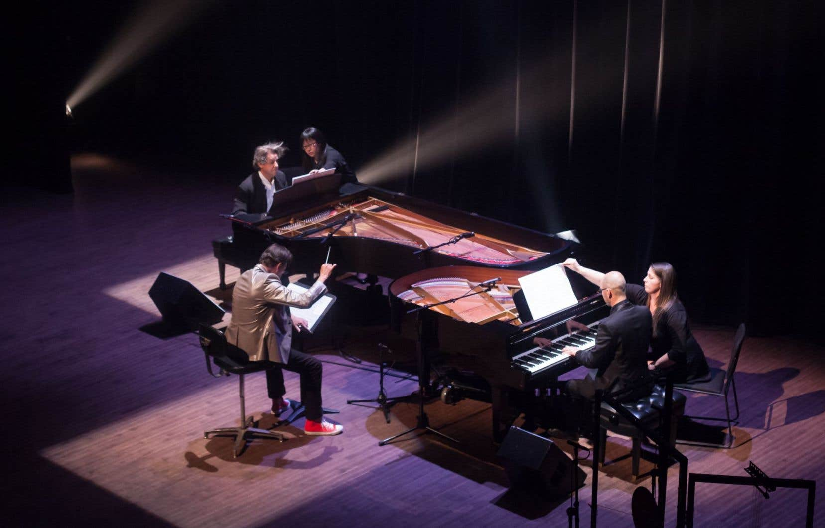 Voir Walter Boudreau s'agiter au milieu pour diriger deux pianistes avait sa part de surréalisme.